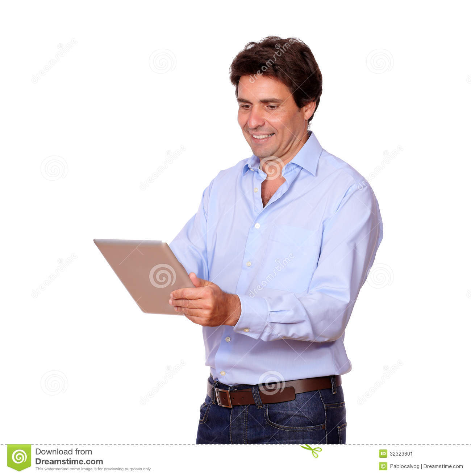 Hombre adulto encantador que trabaja en la PC de la tableta