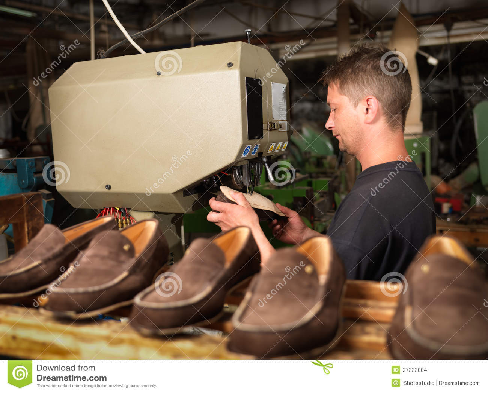 En Archivo Foto Hombre Una Fábrica De Zapato Adulto Que Trabaja EYW2DH9I