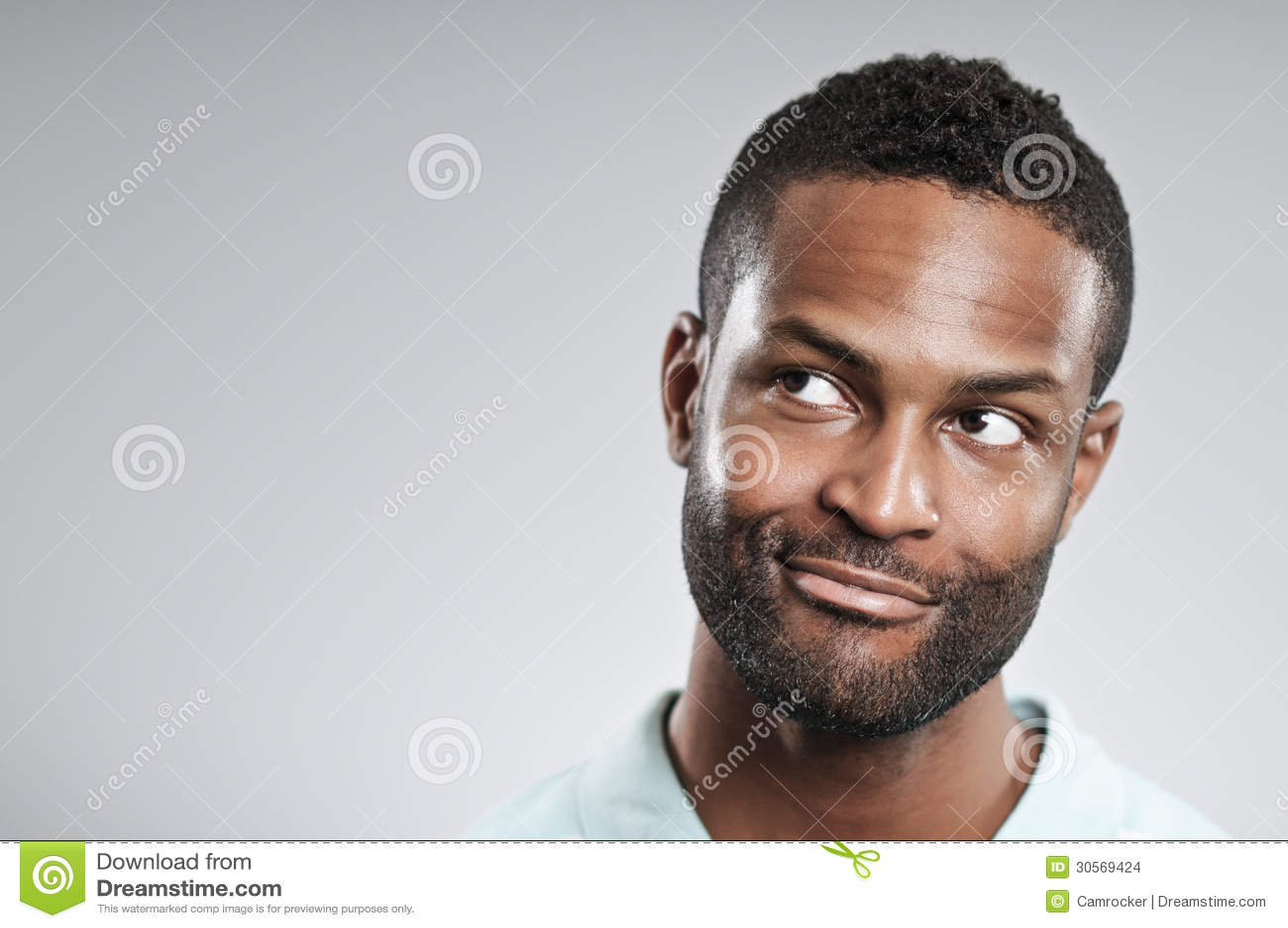 Hombre afroamericano que piensa en una buena idea