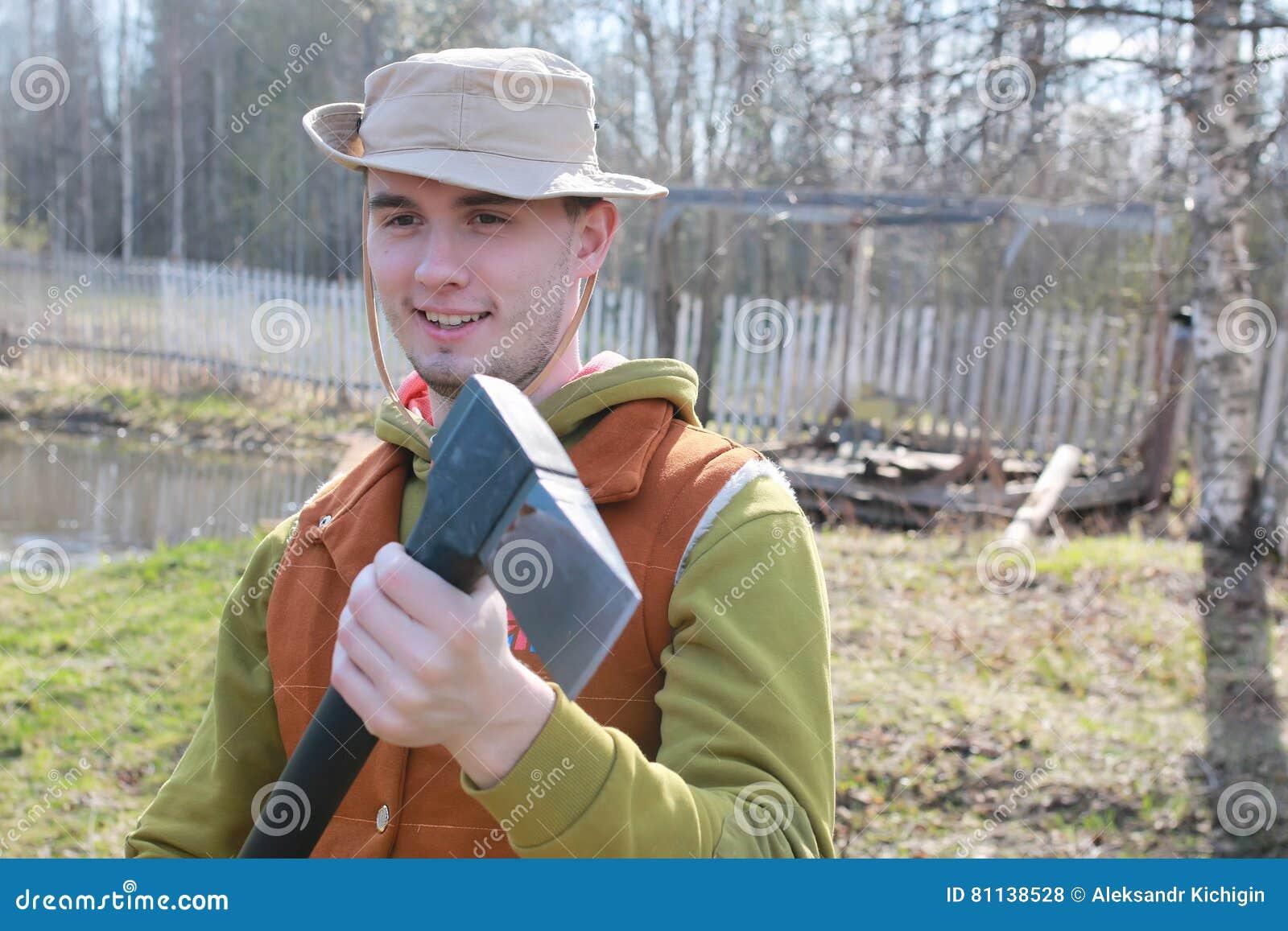 Hombre al aire libre con el hacha