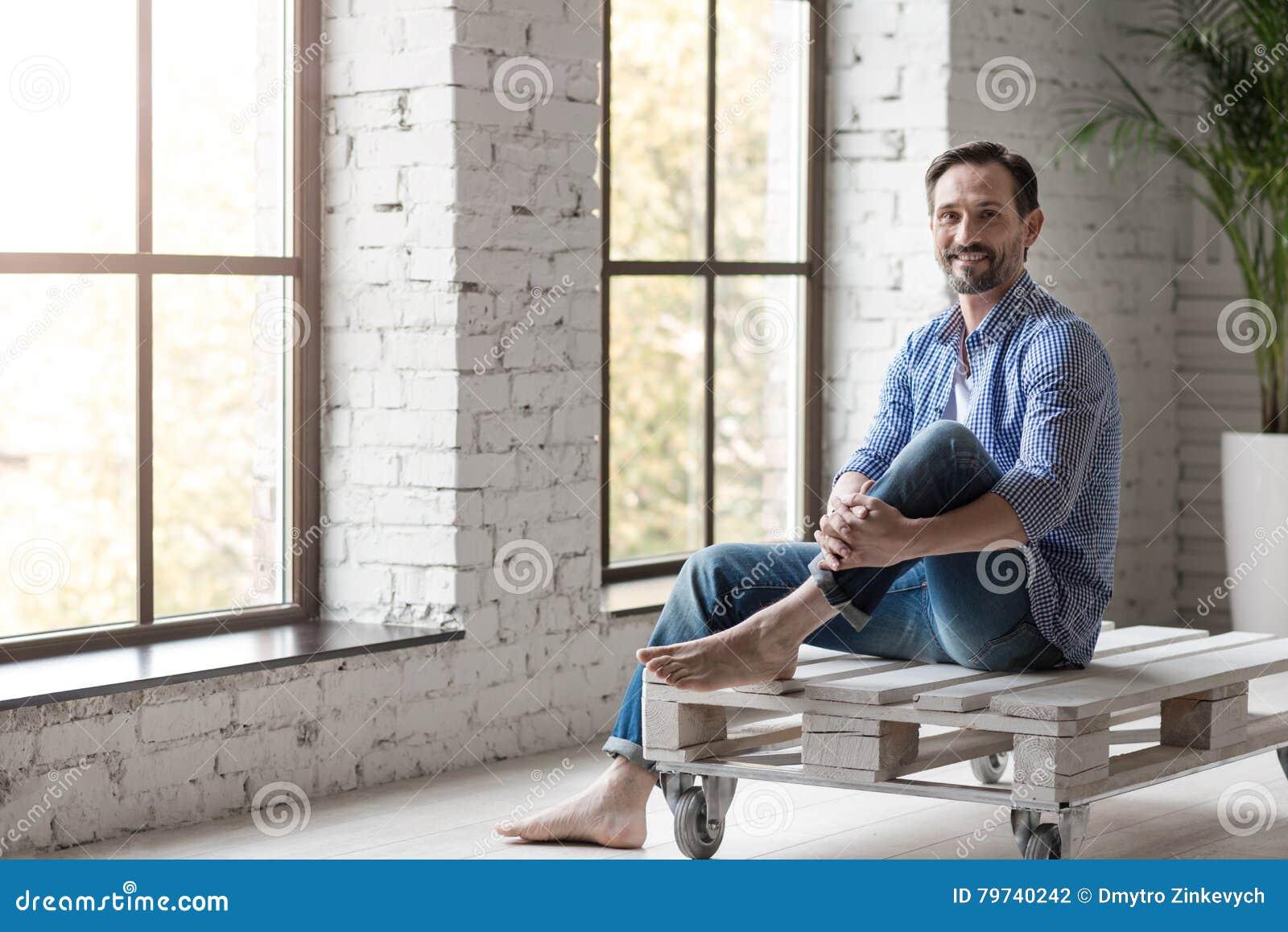 Hombre alegre hermoso que disfruta de su relajación