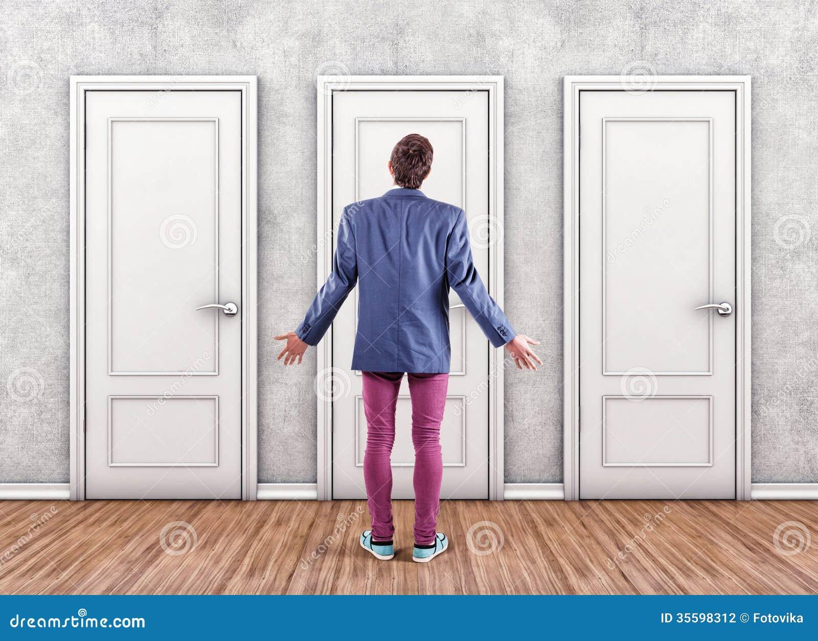 Hombre antes del puertas
