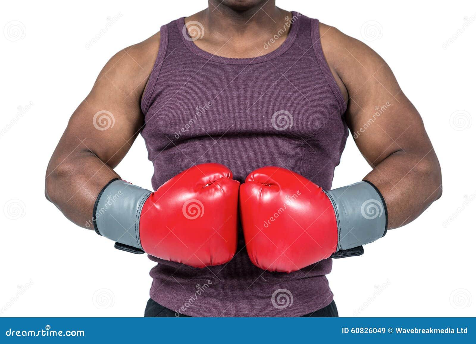 Hombre apto con los guantes de boxeo