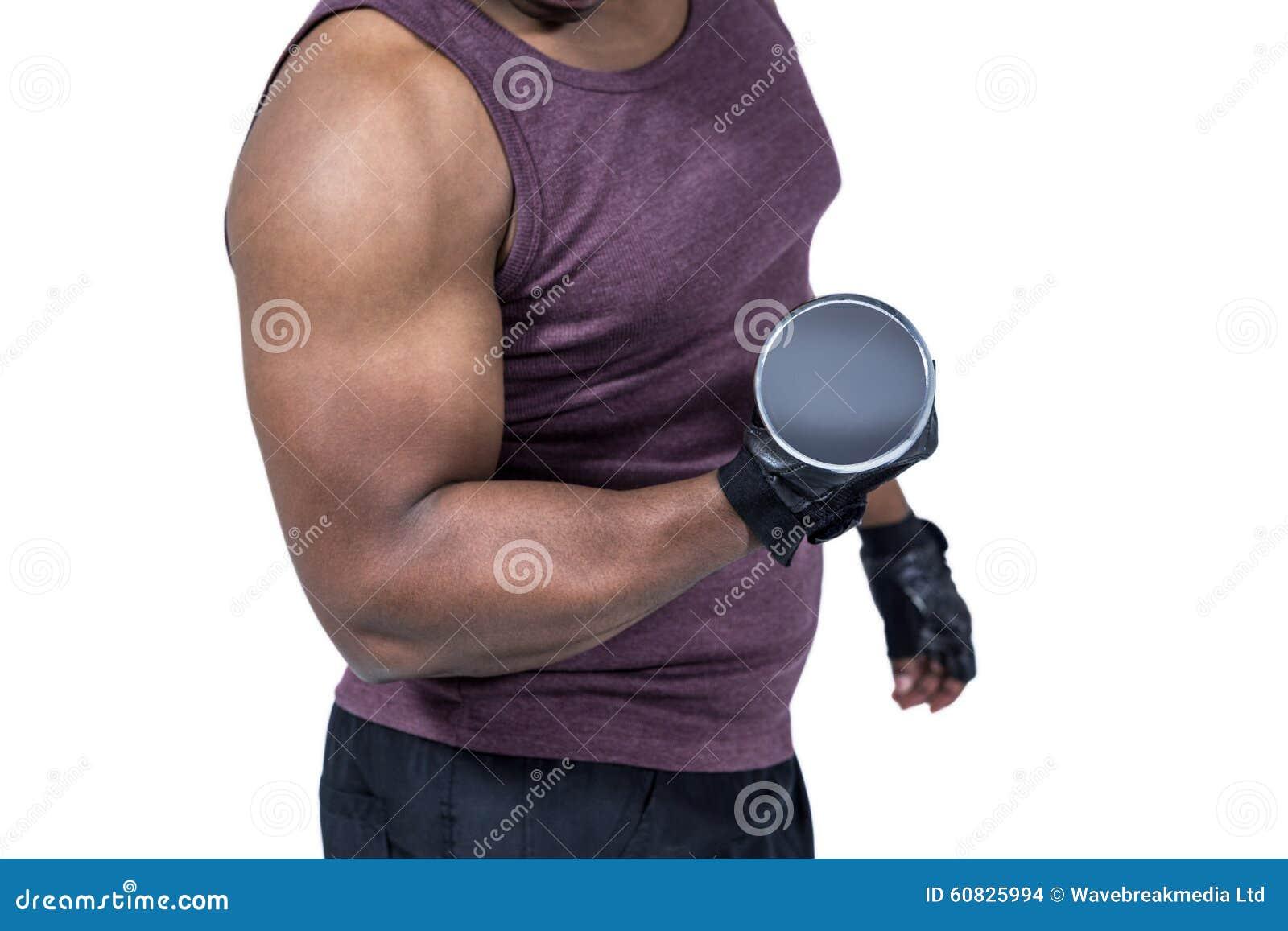 Hombre apto que ejercita con pesa de gimnasia