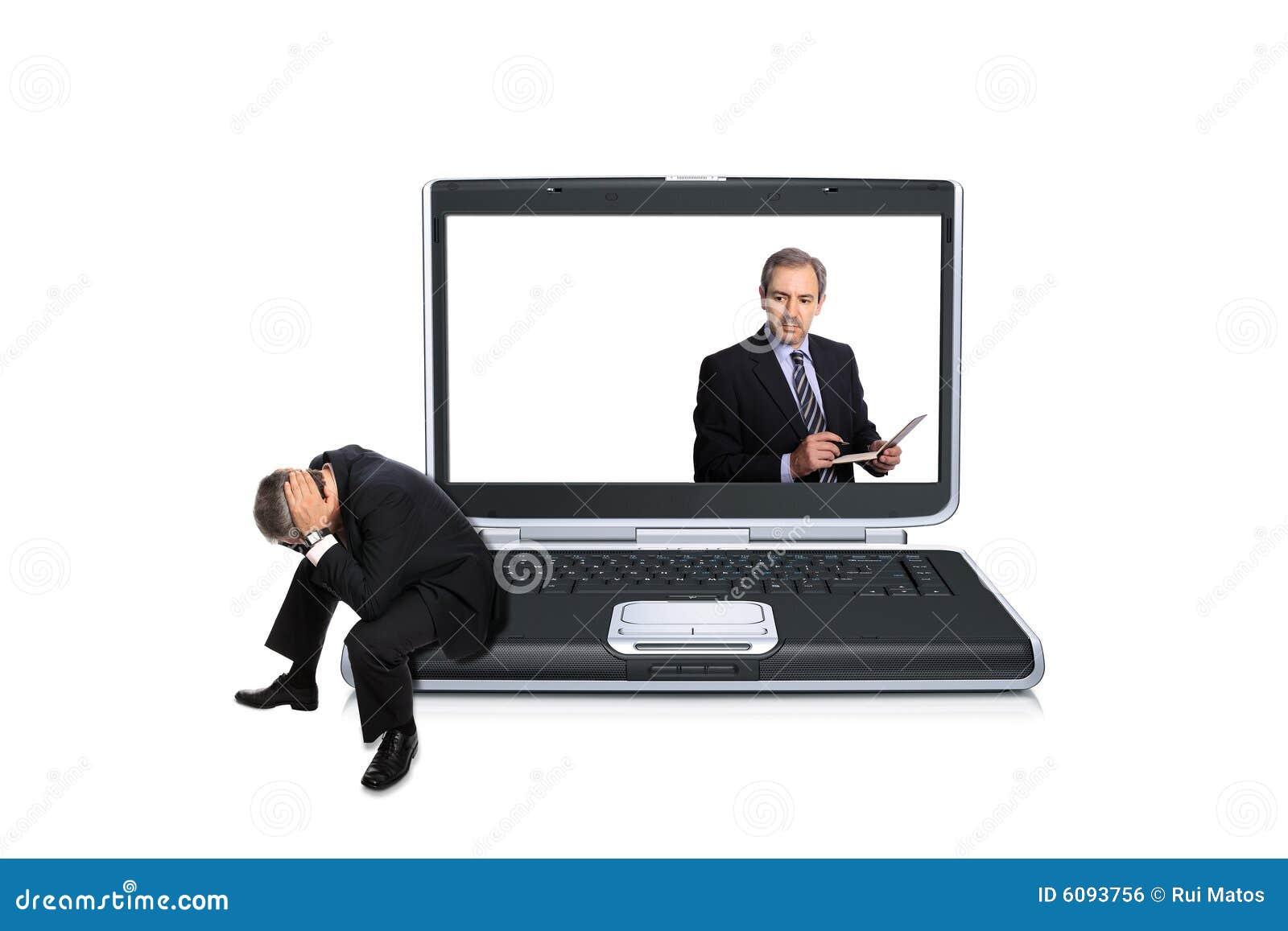 Hombre asentado en un ordenador