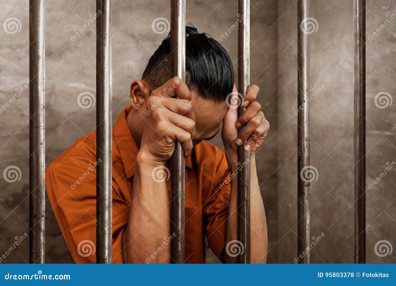 Hombre asiático en la prisión solamente