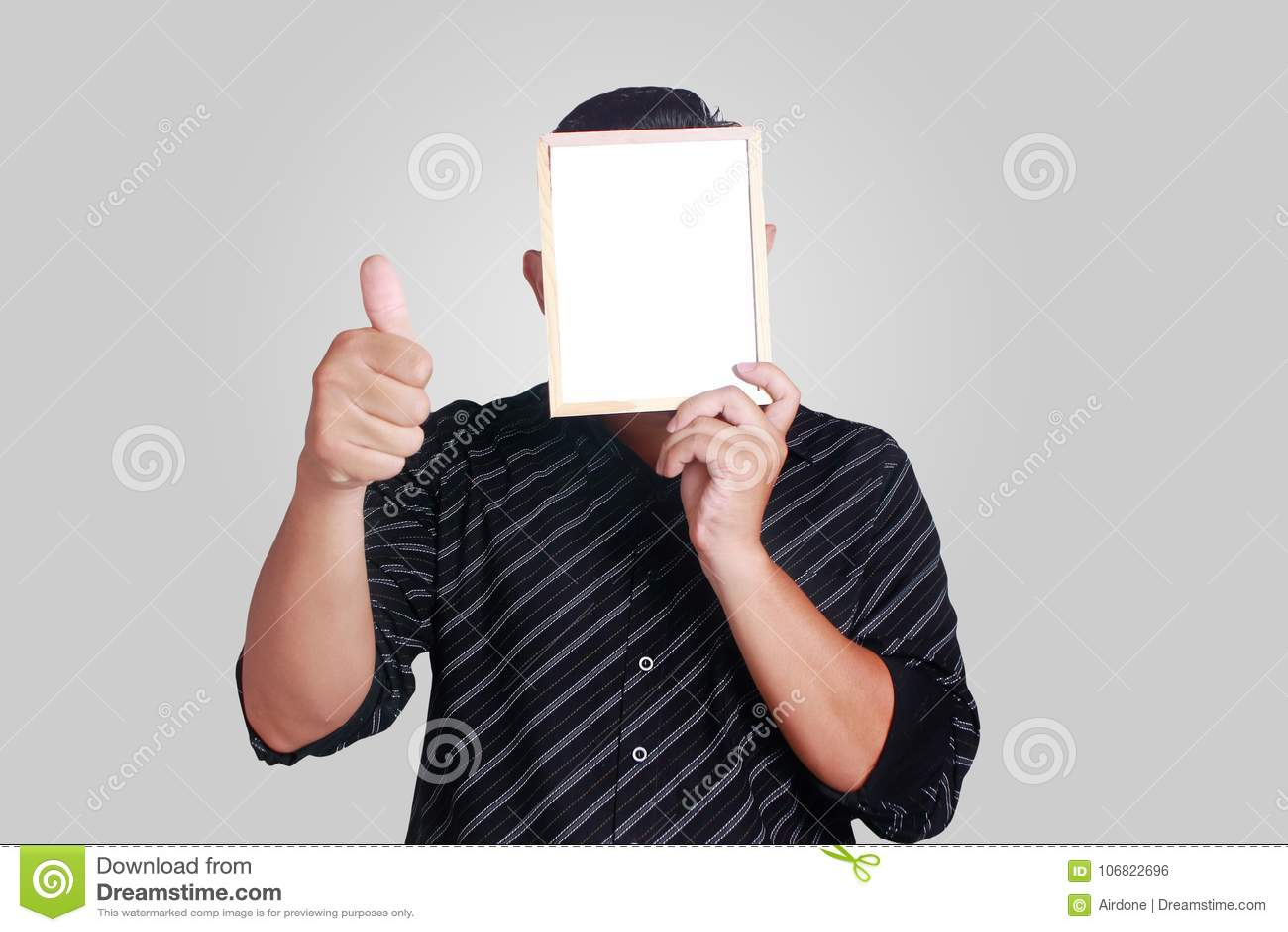 Hombre asiático joven que cubre su cara con pequeño Whiteboard