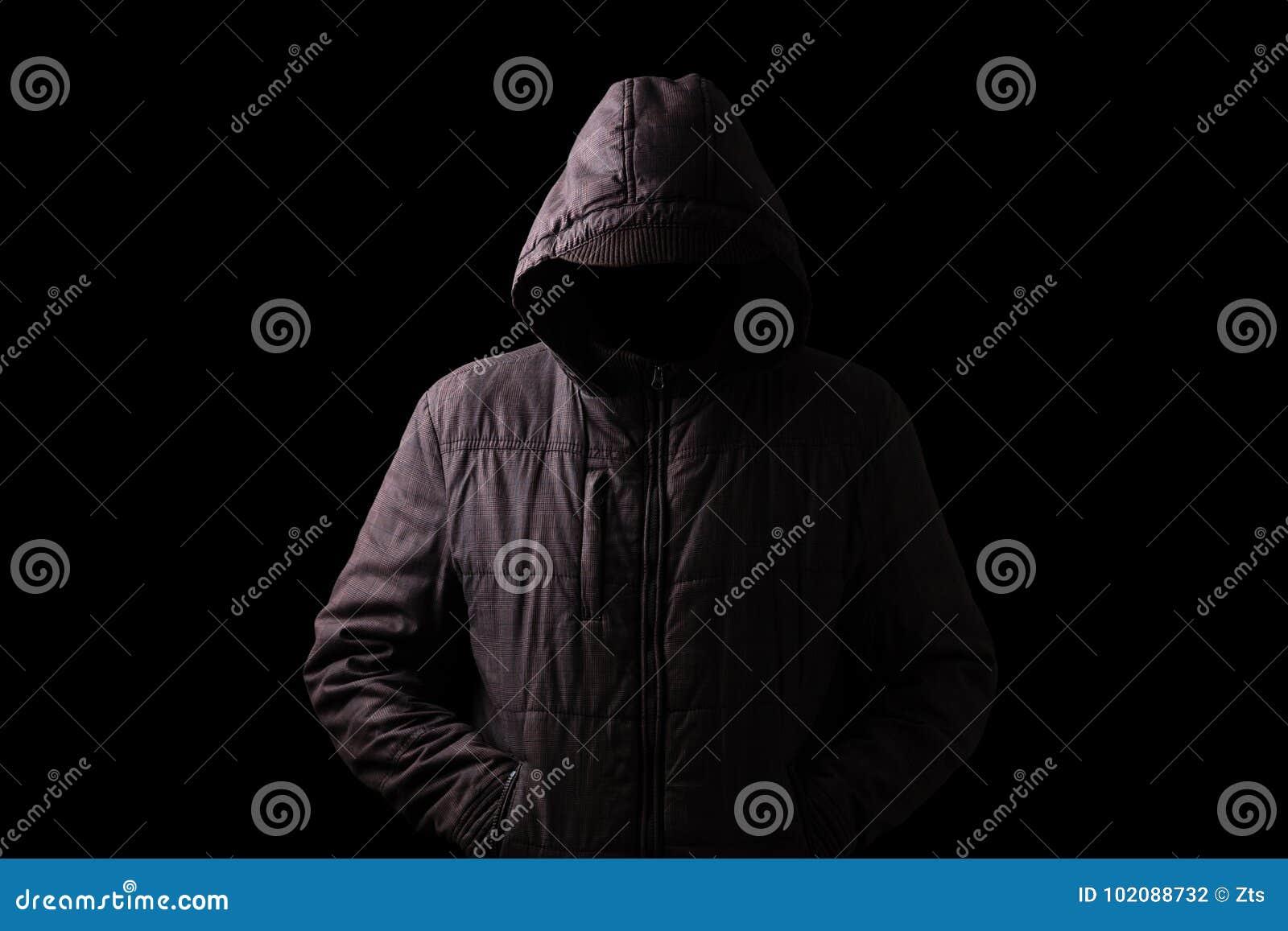 Hombre asustadizo y espeluznante que oculta en las sombras