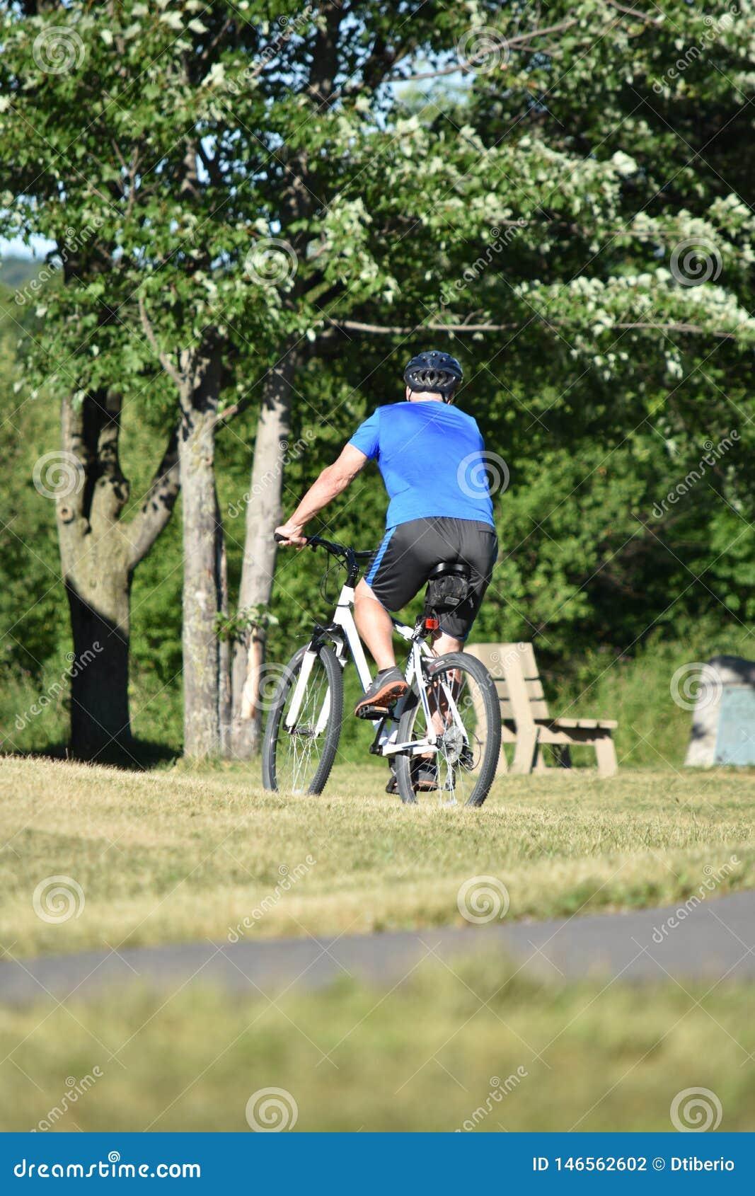 Hombre atlético que resuelve el ejercicio