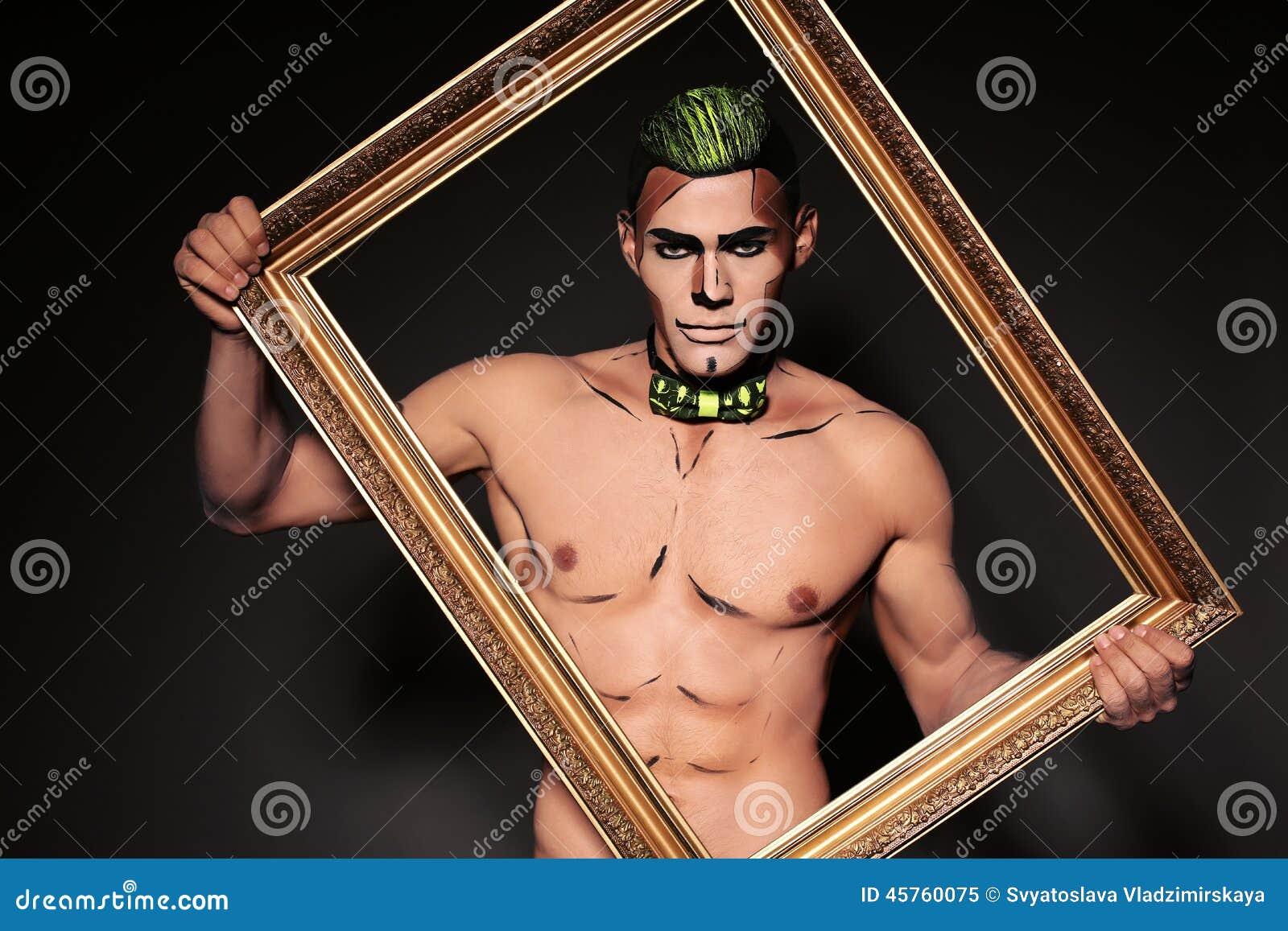 Hombre atractivo con la cara pintada para el partido de Halloween Foto de archivo libre de