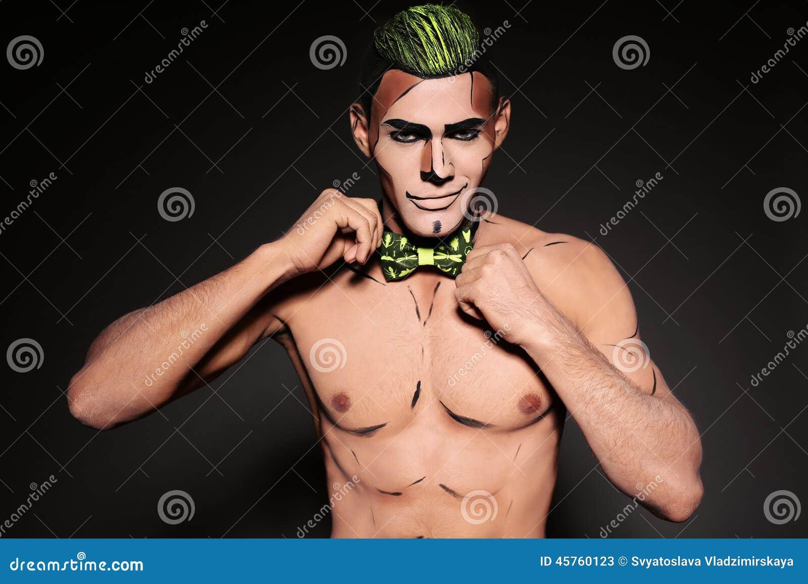 Hombre atractivo con la cara pintada para el partido de Halloween