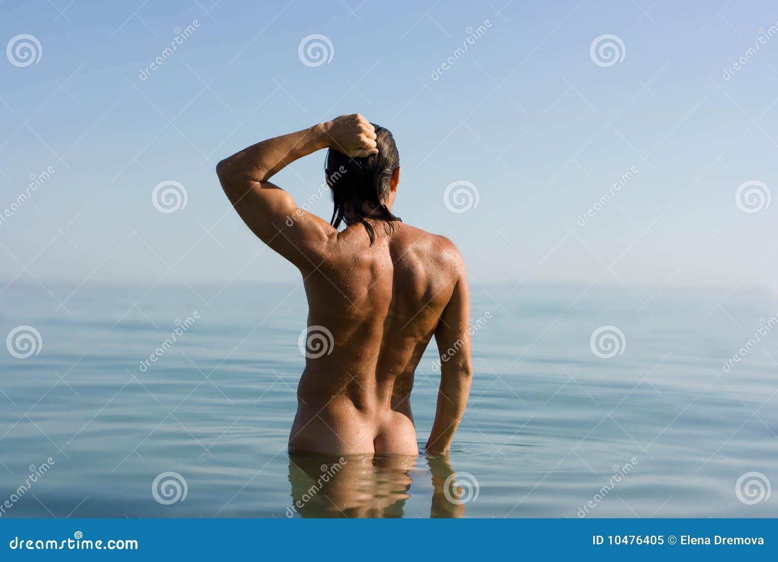 Hombre atractivo en agua