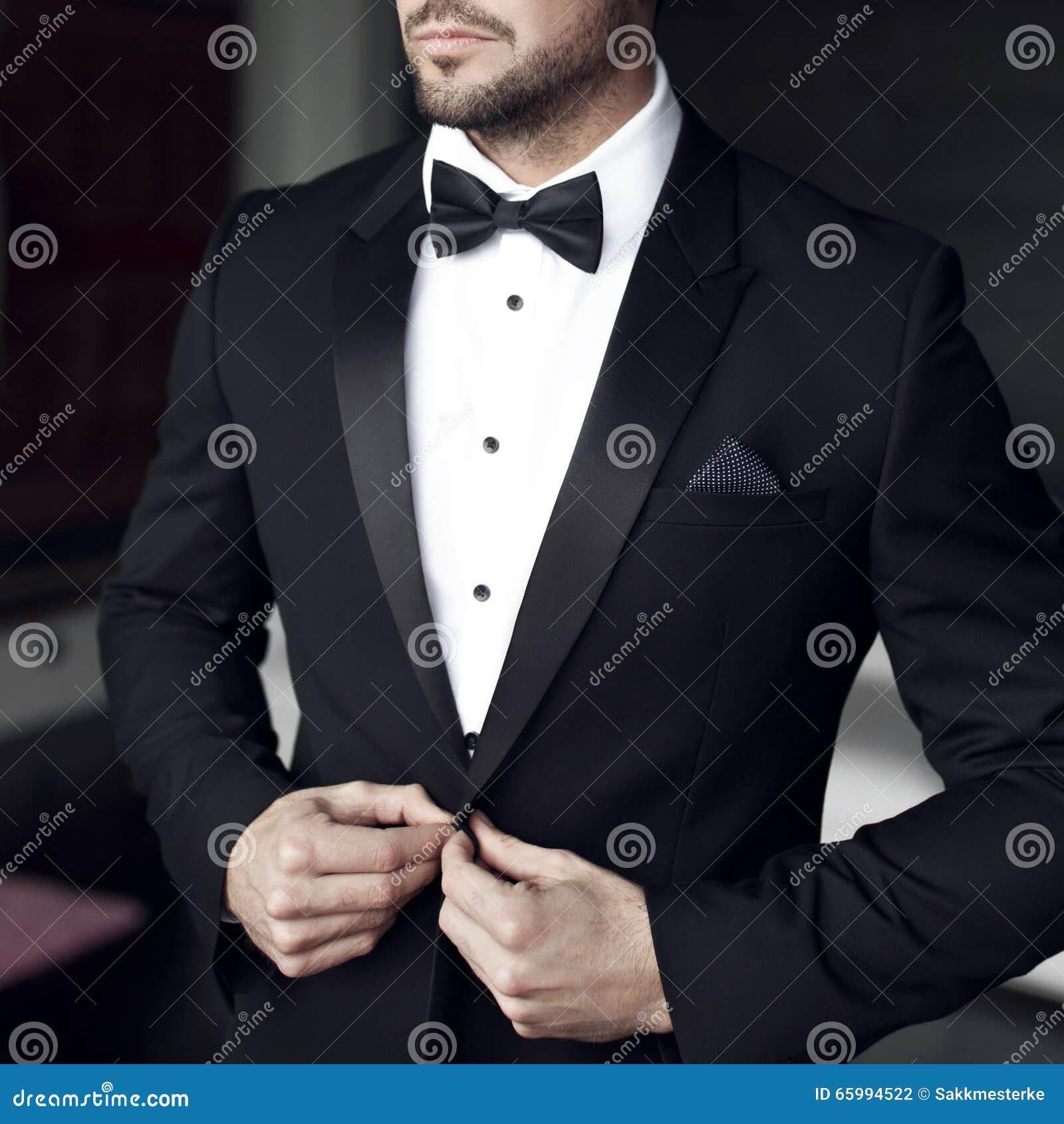 Hombre atractivo en smoking y corbata de lazo