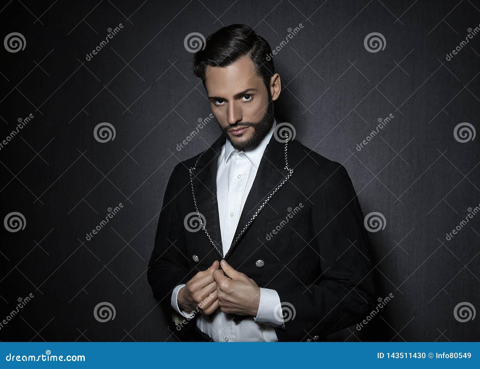 Hombre atractivo, atractivo joven con la barba, vestida en una chaqueta de la mirada del circo