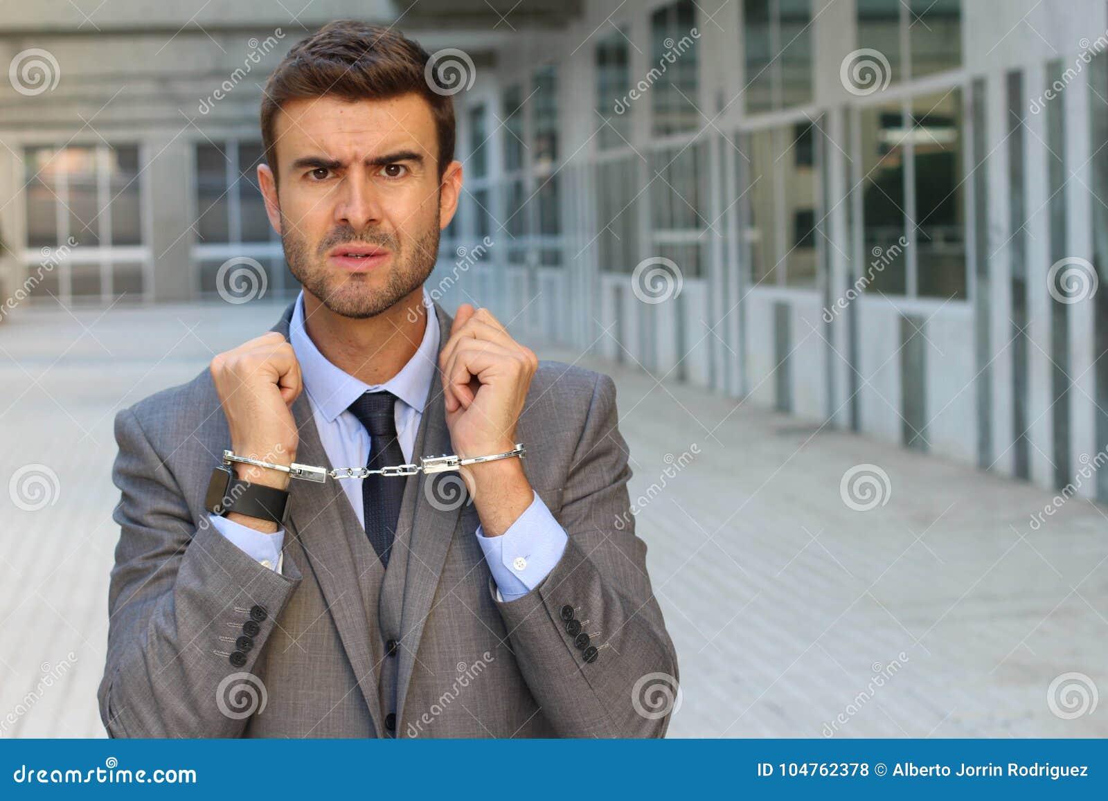 Hombre atrapado en espacio de oficina
