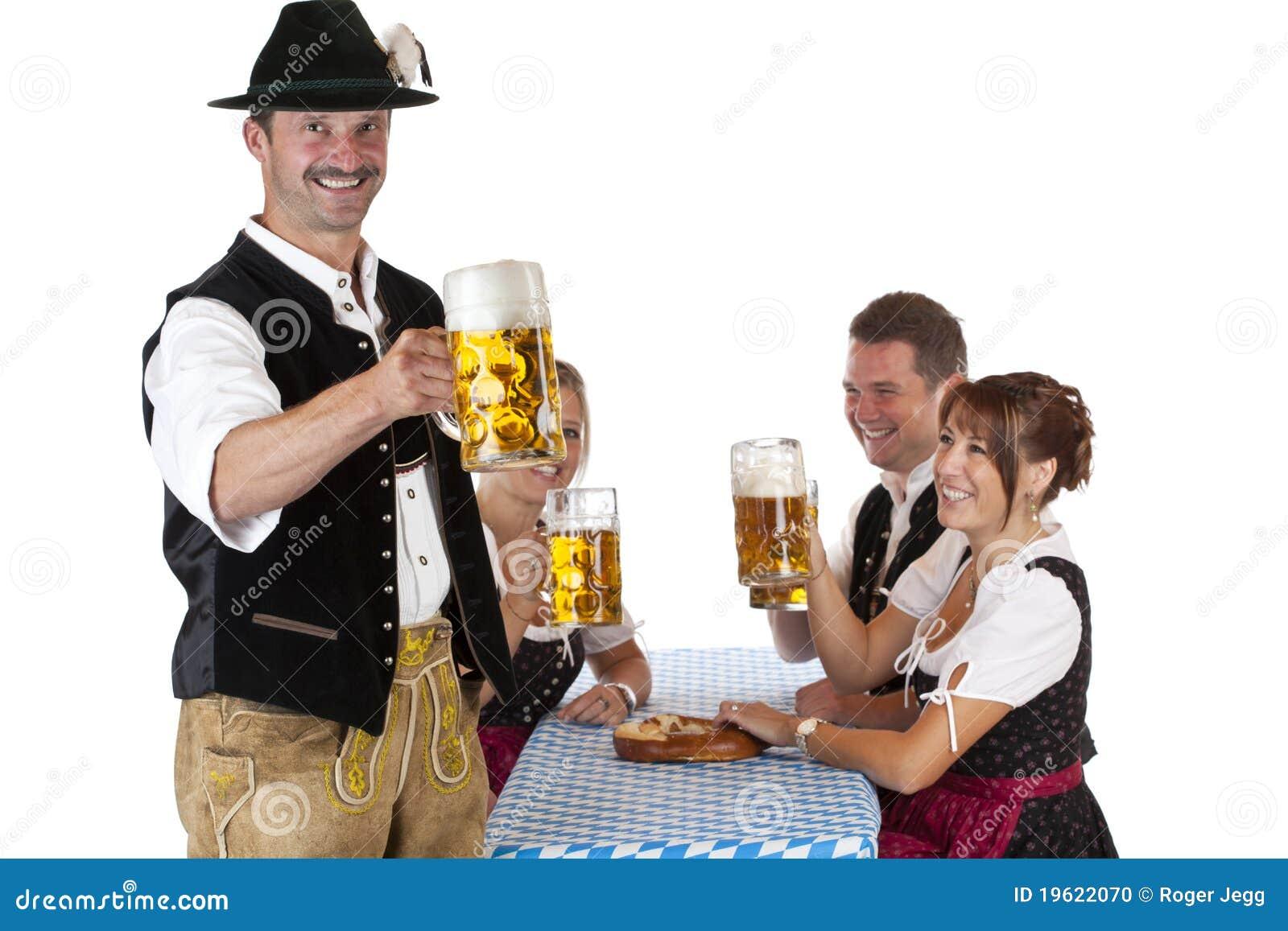 Hombre bávaro con la cerveza de Oktoberfest de las bebidas de los amigos