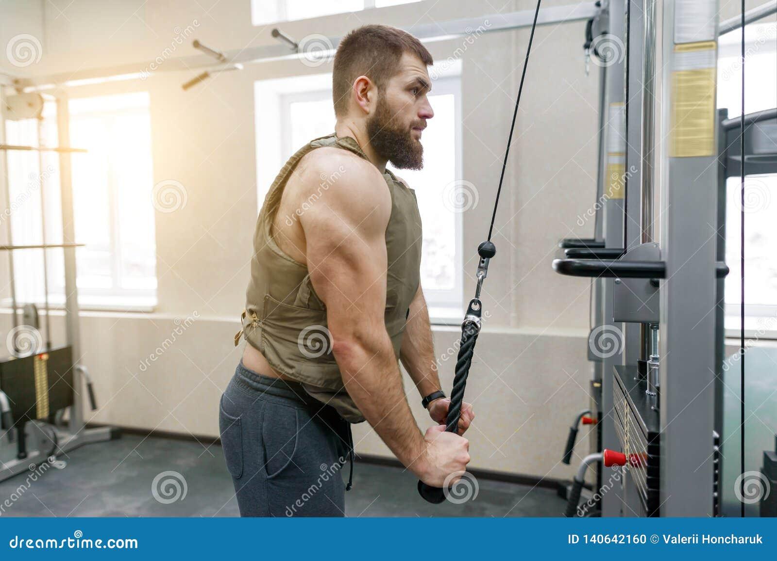 Hombre Barbudo Caucásico Muscular Que Hace Los Ejercicios