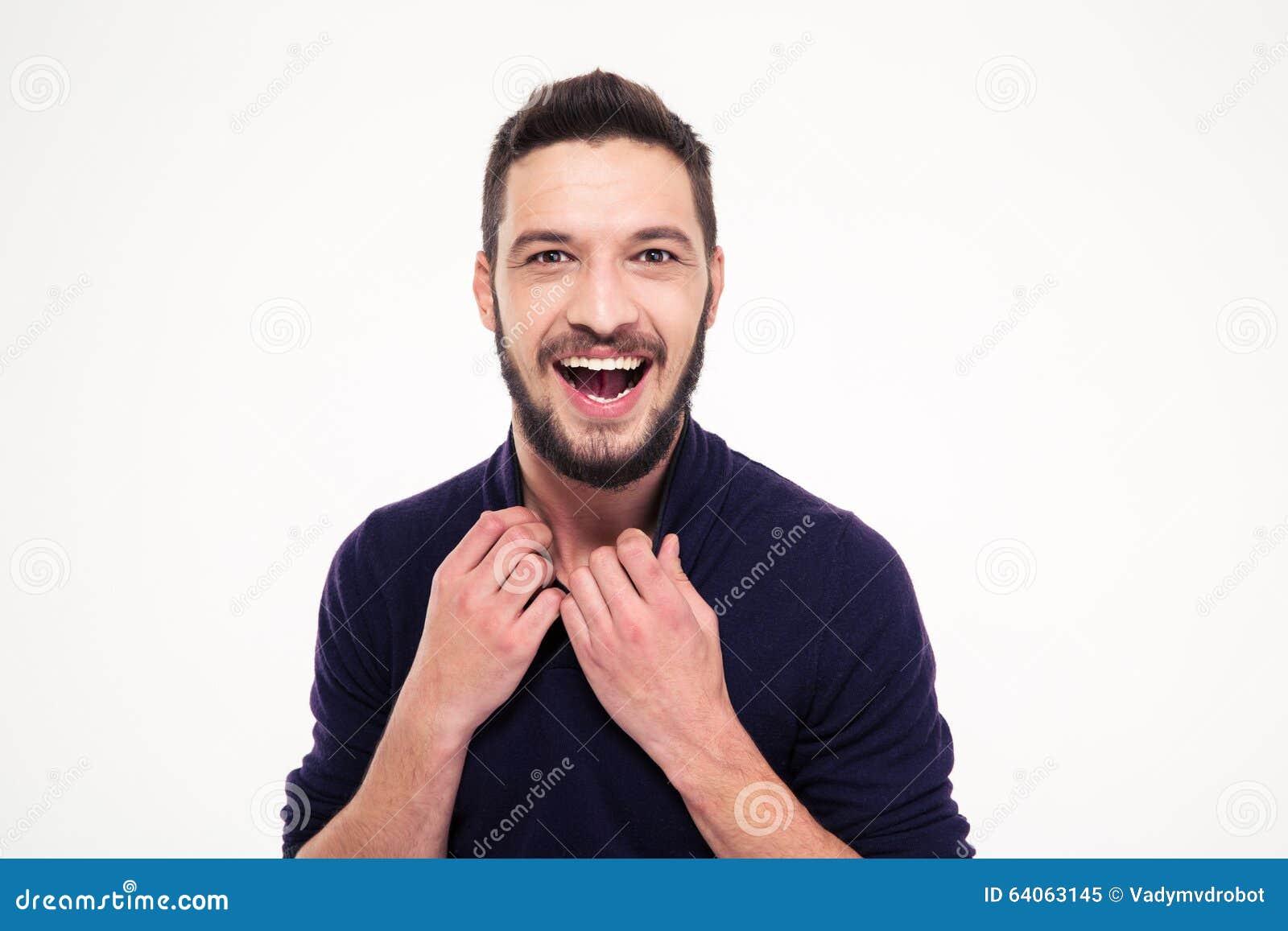 Hombre barbudo joven feliz atractivo emocionado que ríe y que mira la cámara