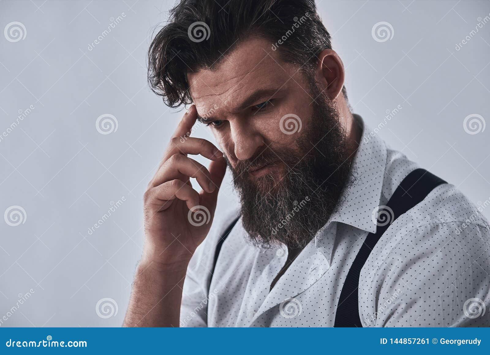 Hombre barbudo pensativo