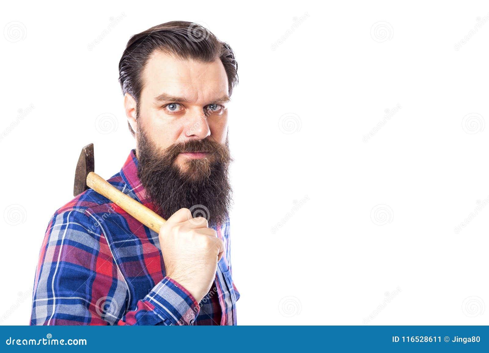 Hombre barbudo que sostiene el martillo en blanco
