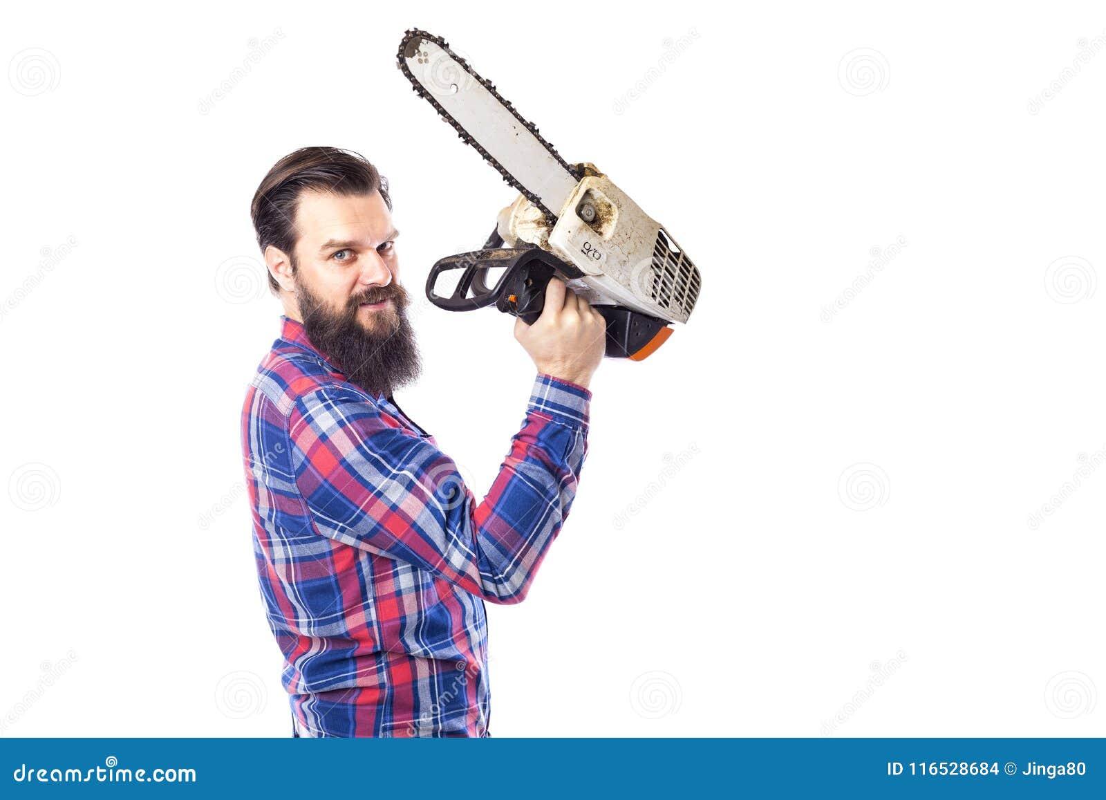 Hombre barbudo que sostiene una motosierra aislada en un fondo blanco