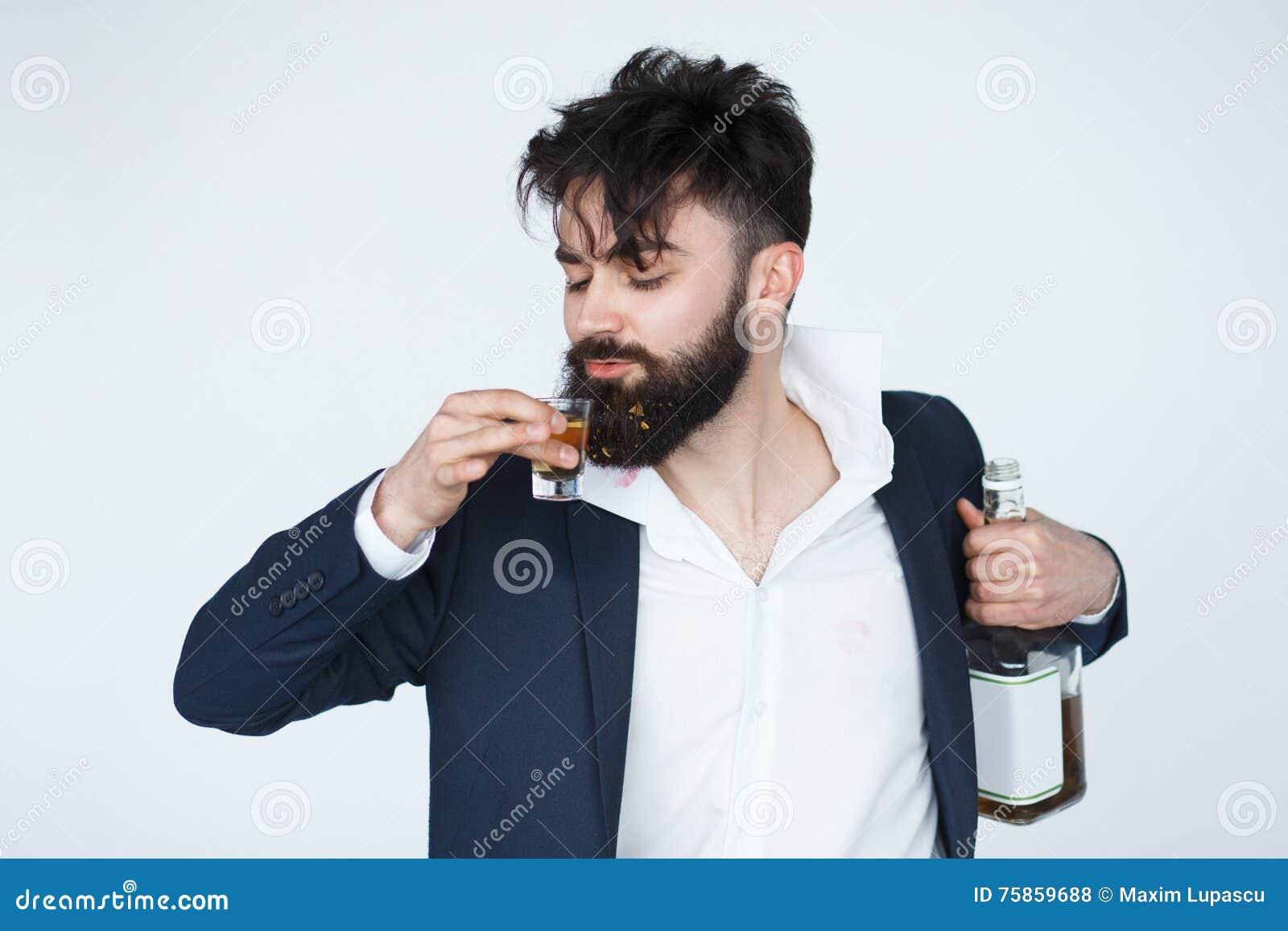 Hombre bebido divertido que sostiene una botella de whisky