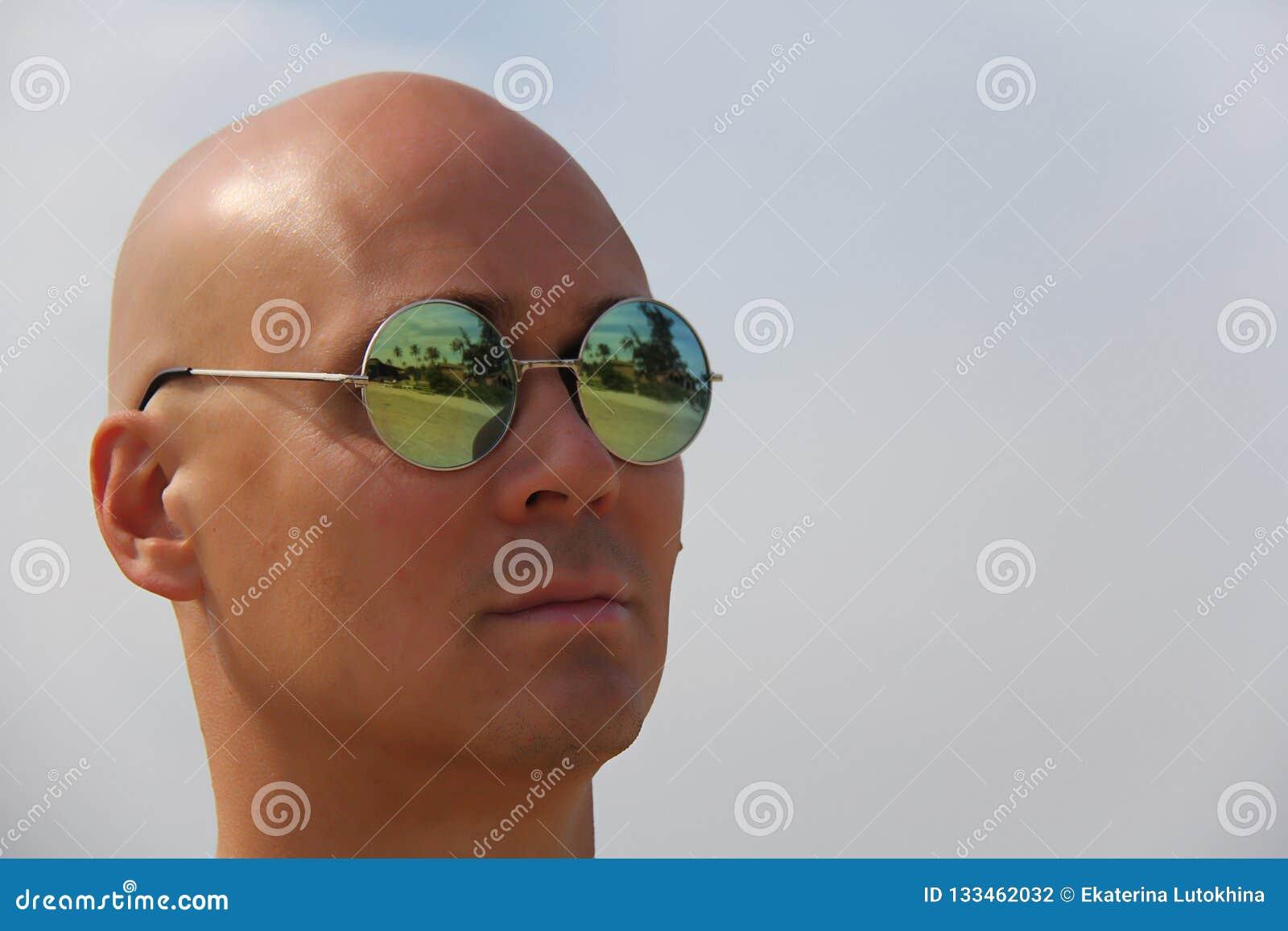 Hombre Espejo Hermoso De Bronceado Un En Gafas Sol Del Calvo 9DeHWEIYb2