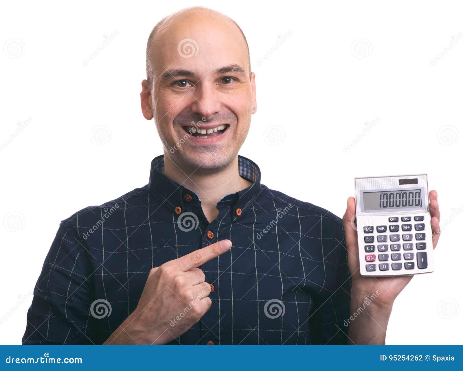 Hombre calvo sonriente que calcula