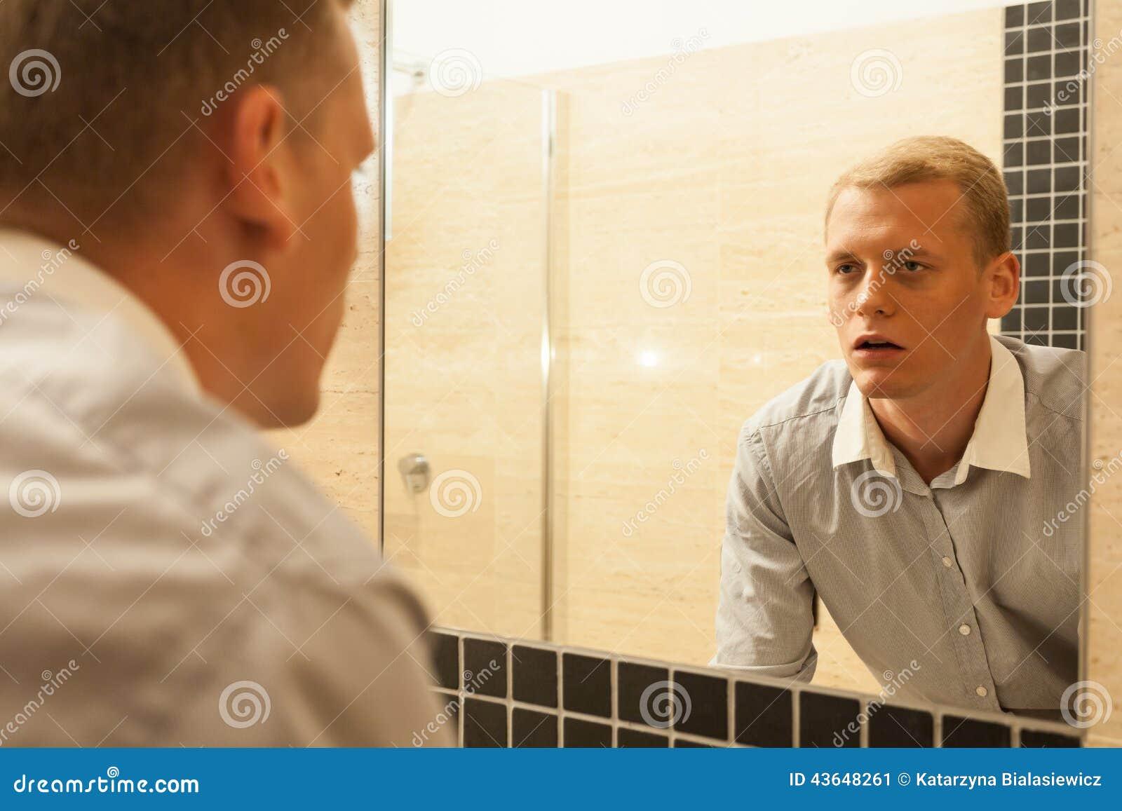 Hombre cansado durante lucha con apegos