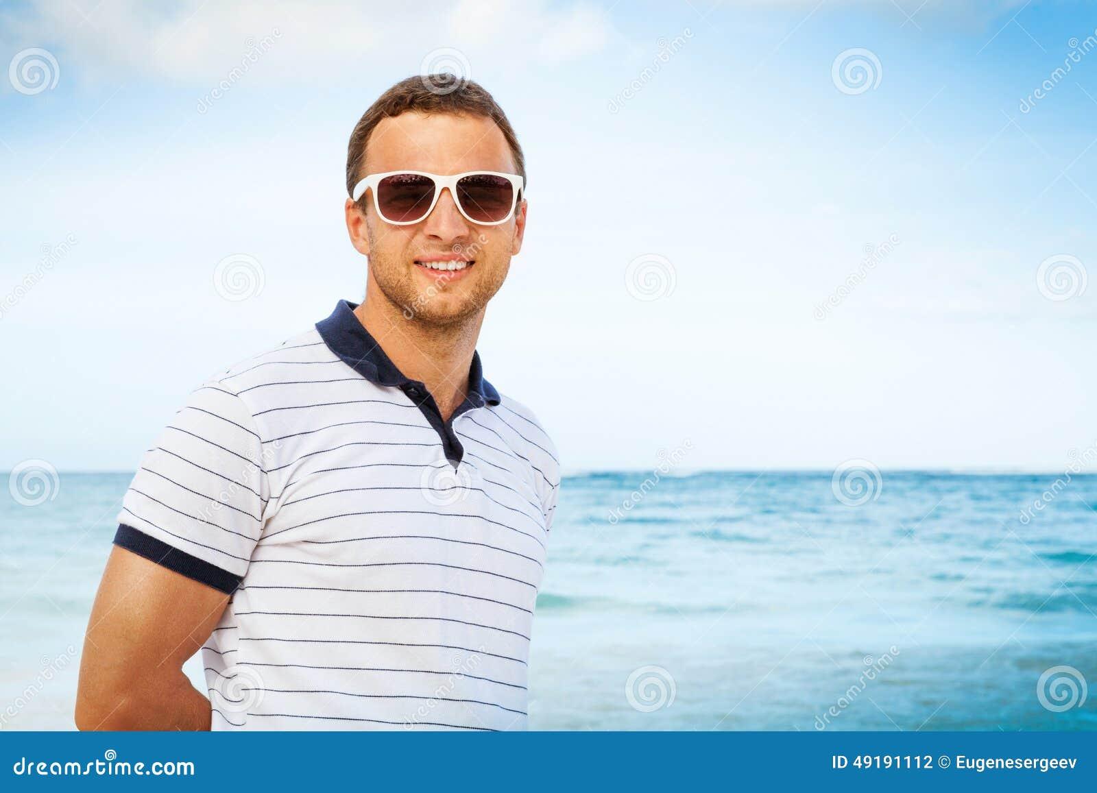 1d50e47cb Hombre Caucásico En Las Gafas De Sol Blancas En Costa De Mar Foto de ...