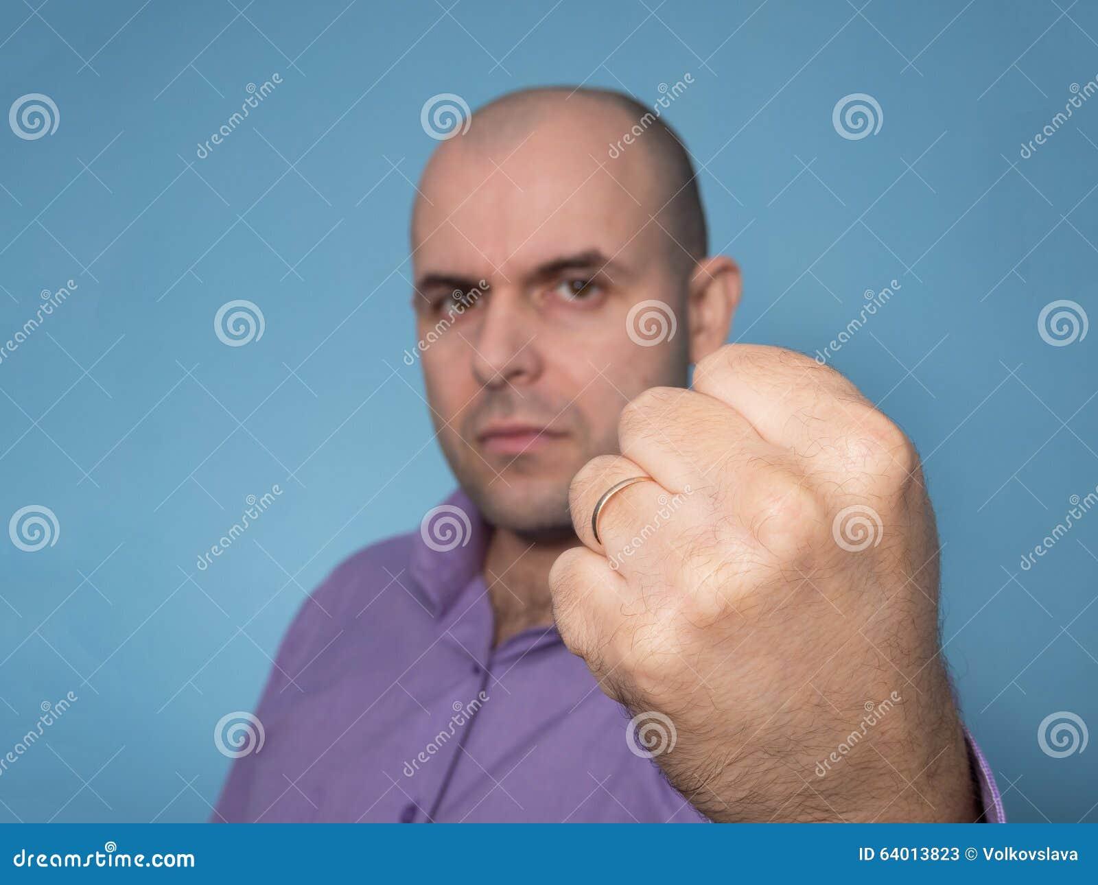 Hombre caucásico enojado con el puño apretado