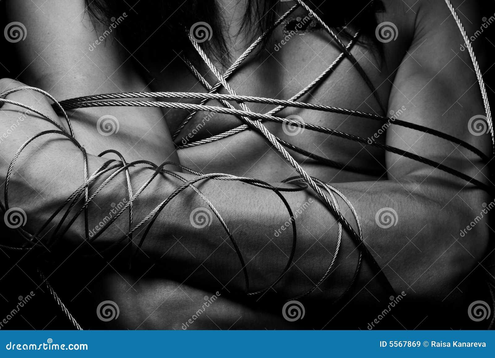Hombre con el alambre de acero