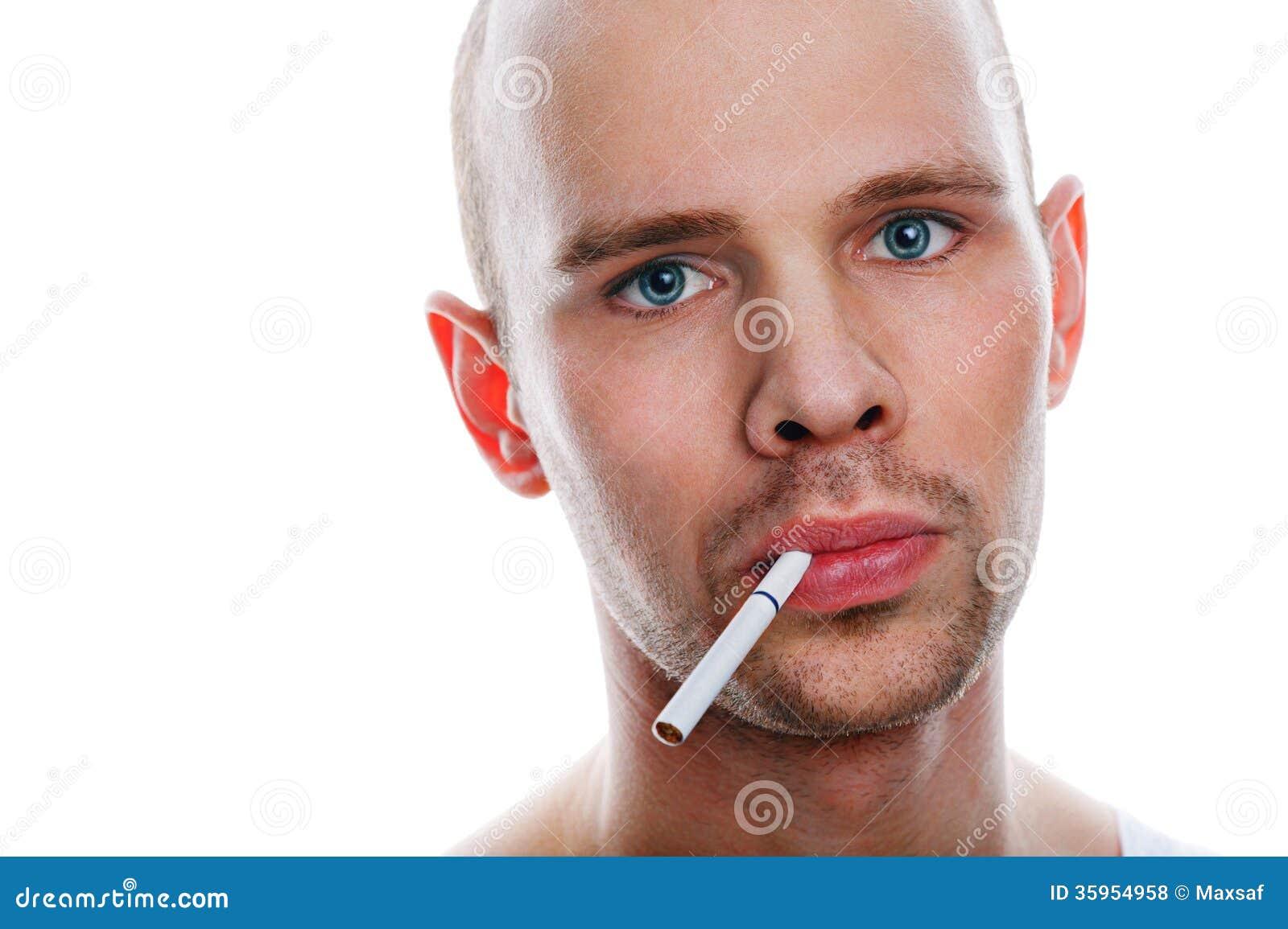 Hombre con el cigarrillo en el fondo blanco