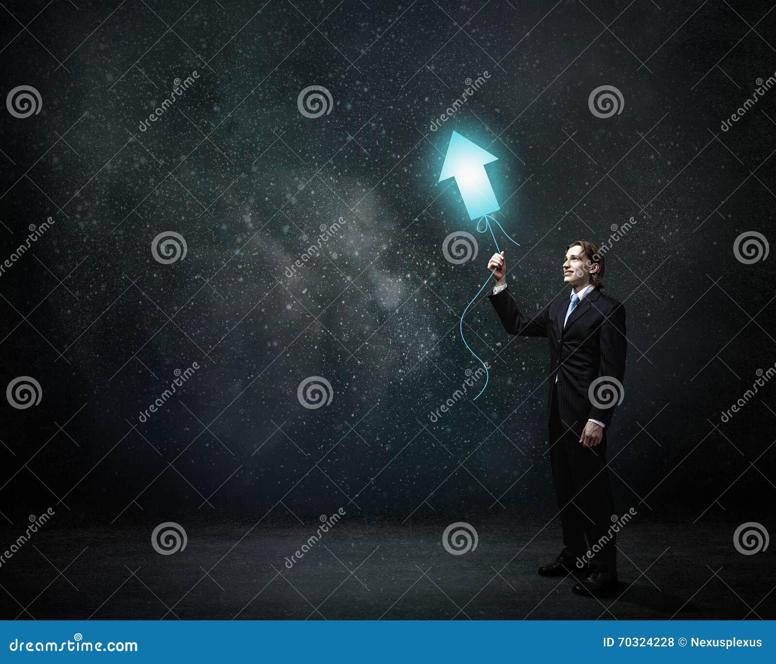 Hombre con el globo del concepto