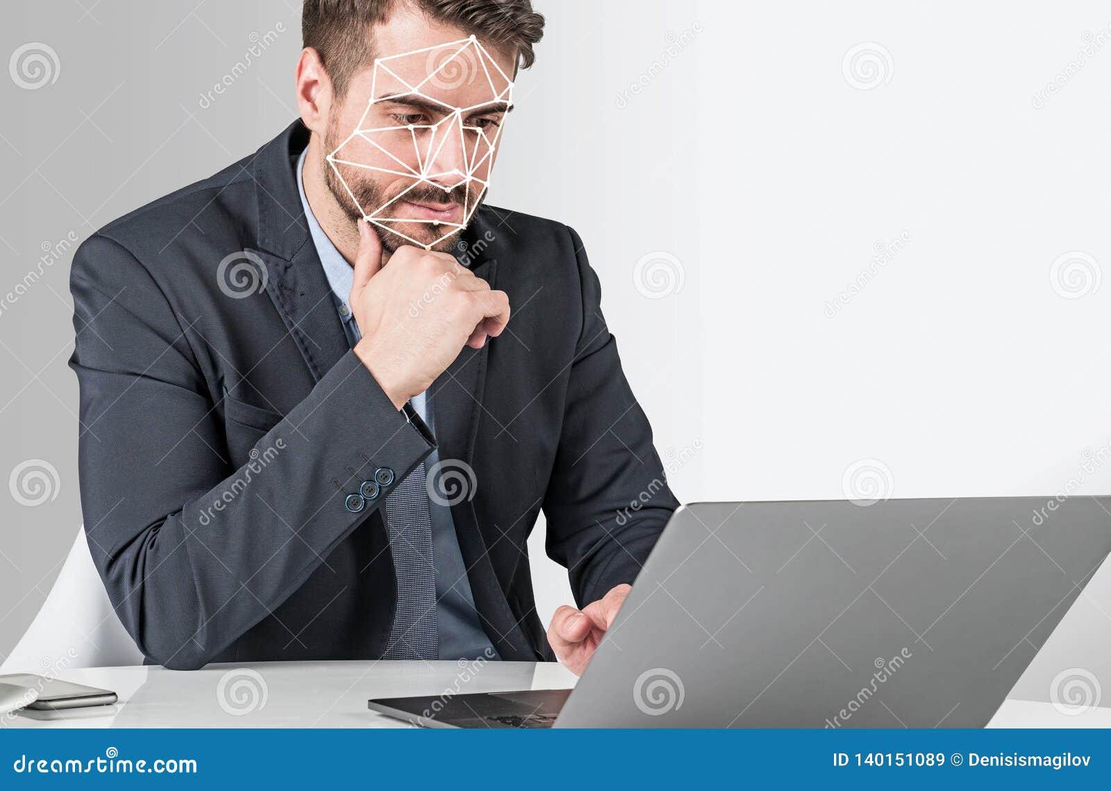 Hombre con el ordenador portátil, reconocimiento de cara