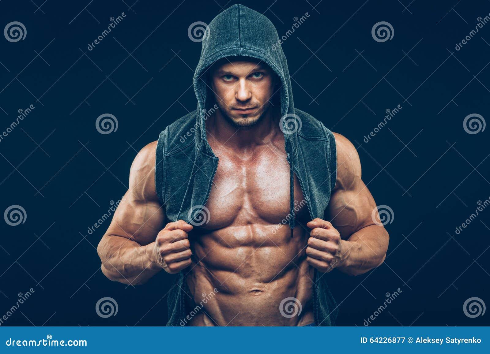 Hombre con el torso muscular Hombres atléticos fuertes