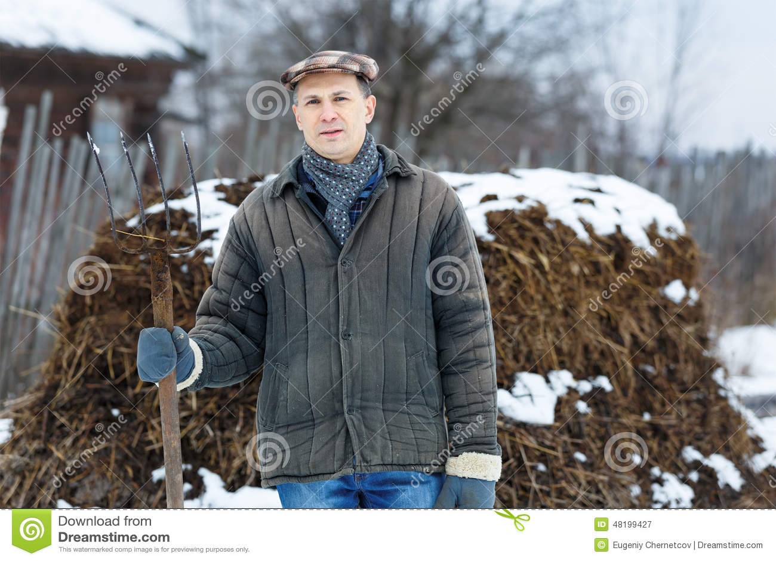 Hombre con la bifurcación adentro de la primavera temprana del abono