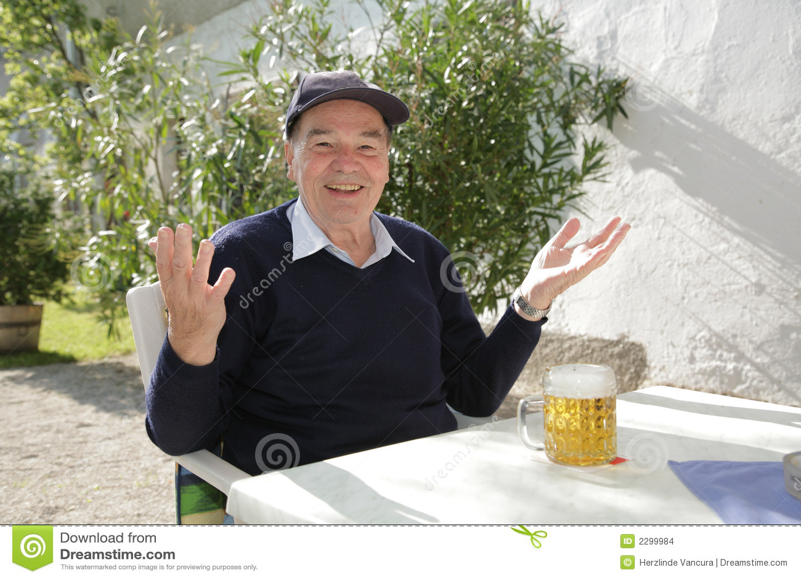 Hombre con la cerveza