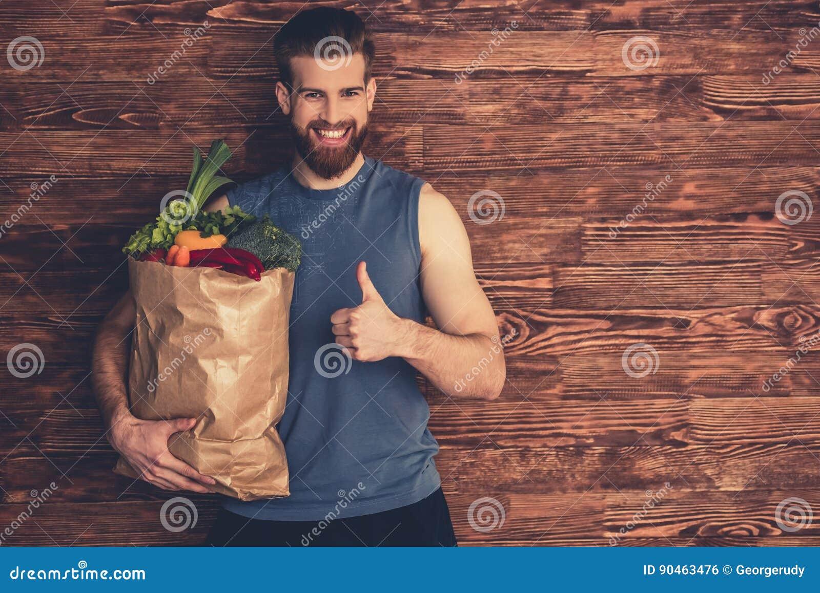Hombre con la comida sana