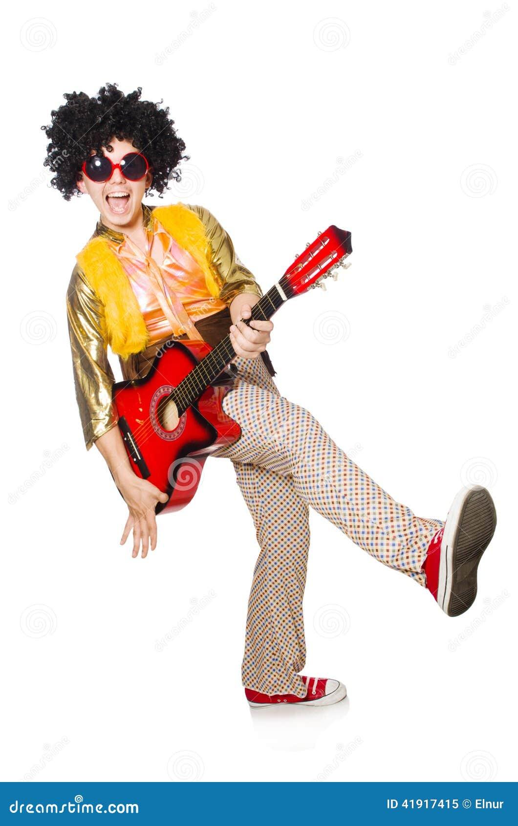 Hombre con la guitarra aislada