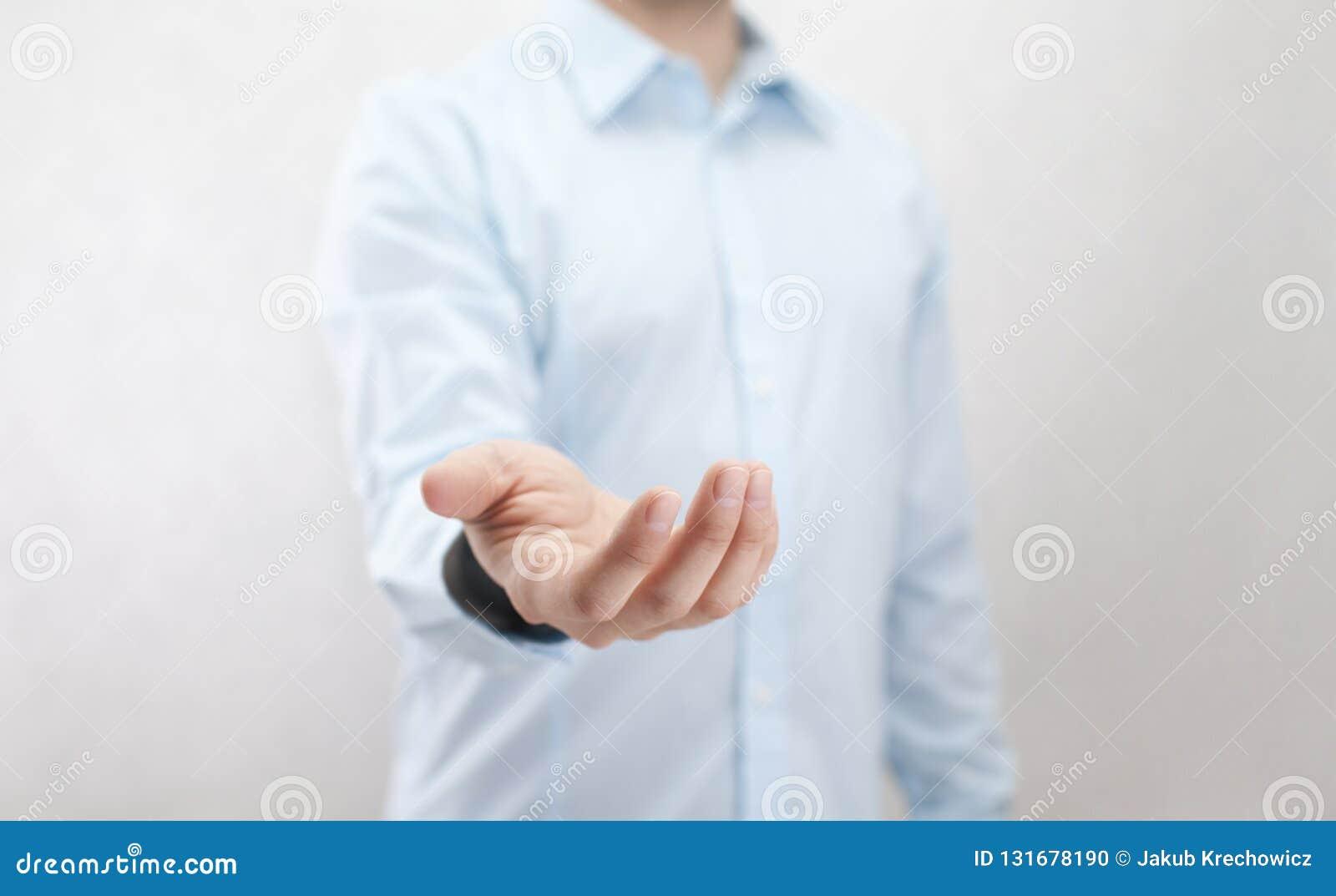 Hombre con la mano abierta