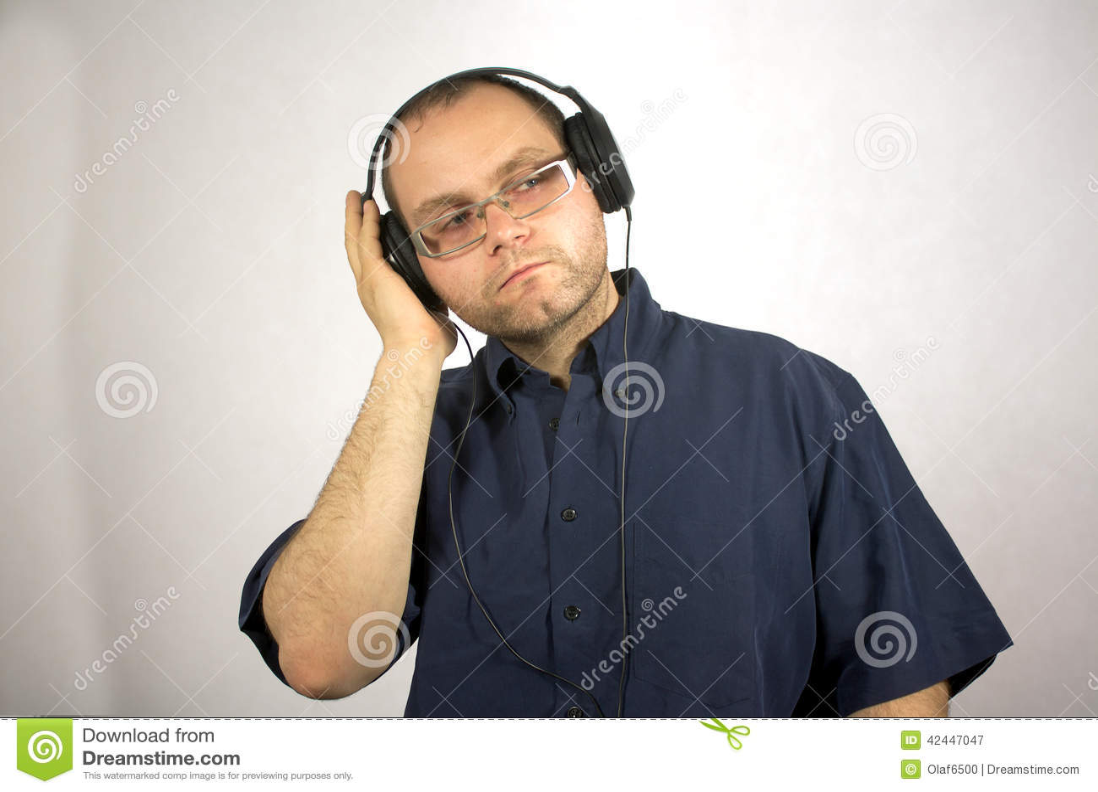 Hombre con los auriculares