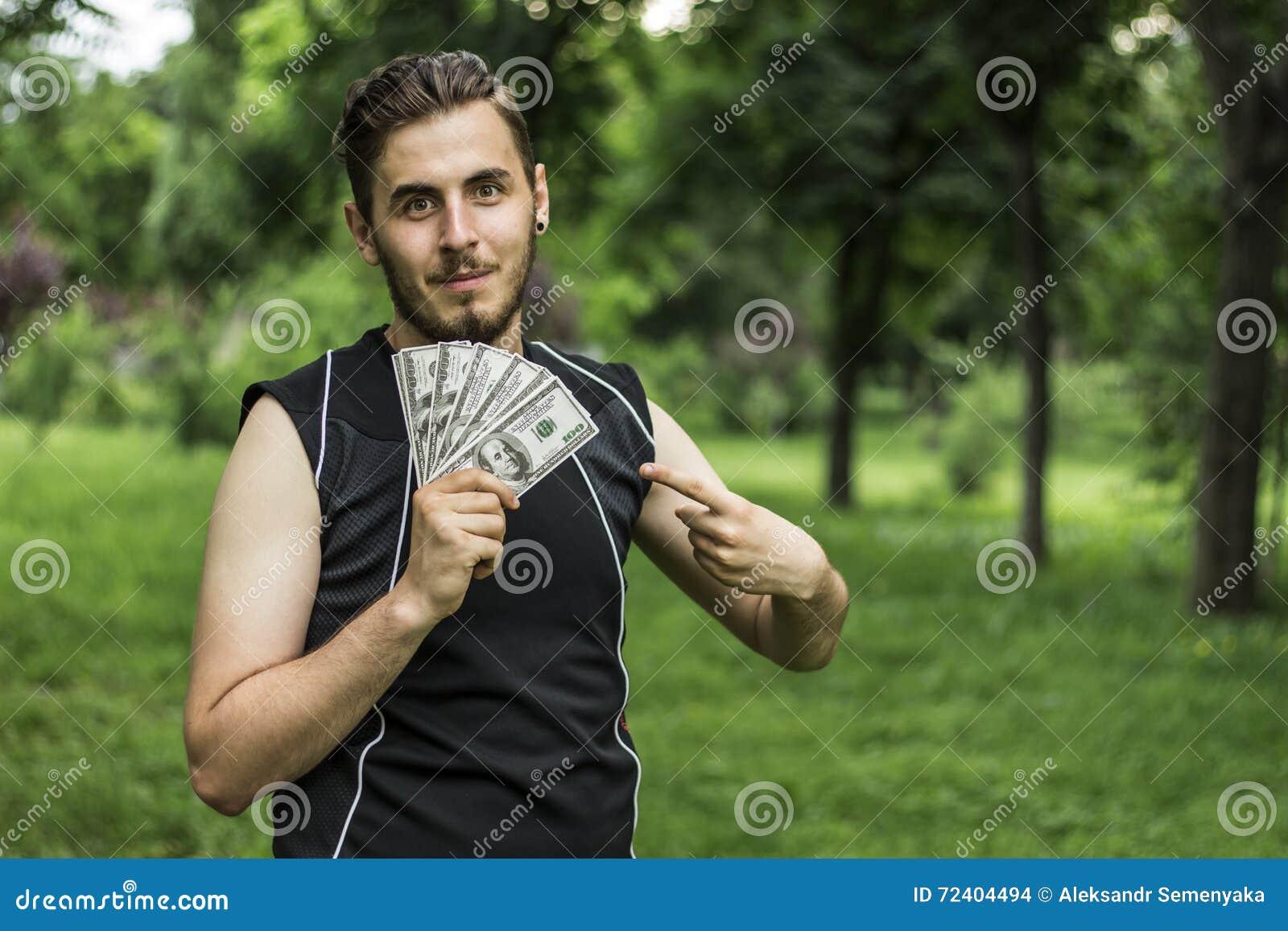 Hombre con muchos dólares