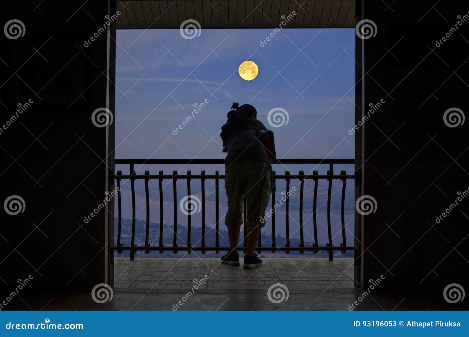 Hombre Con Noche De La Luna Llena En La Terraza Imagen De