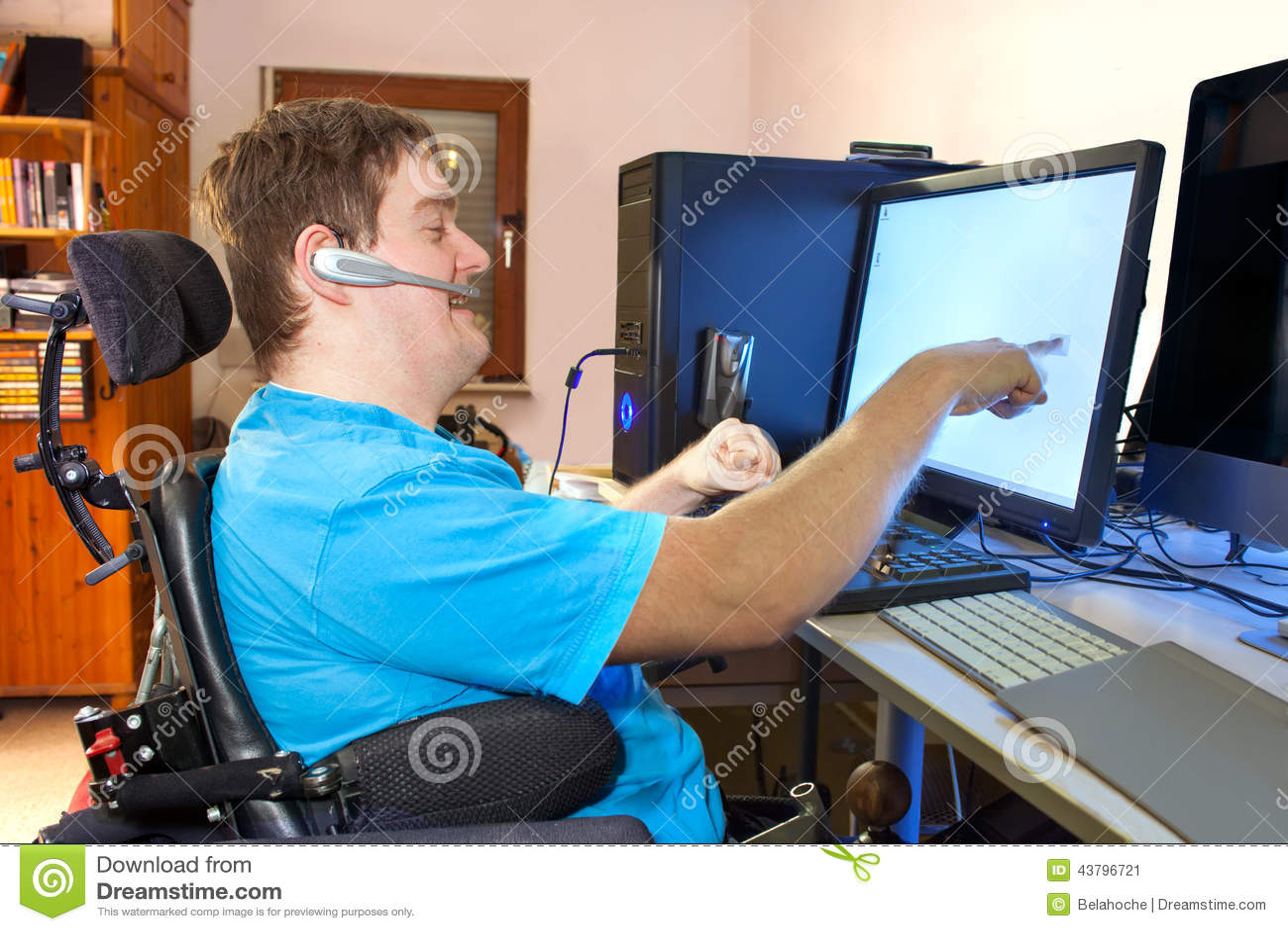 Hombre con parálisis cerebral infantil usando un ordenador