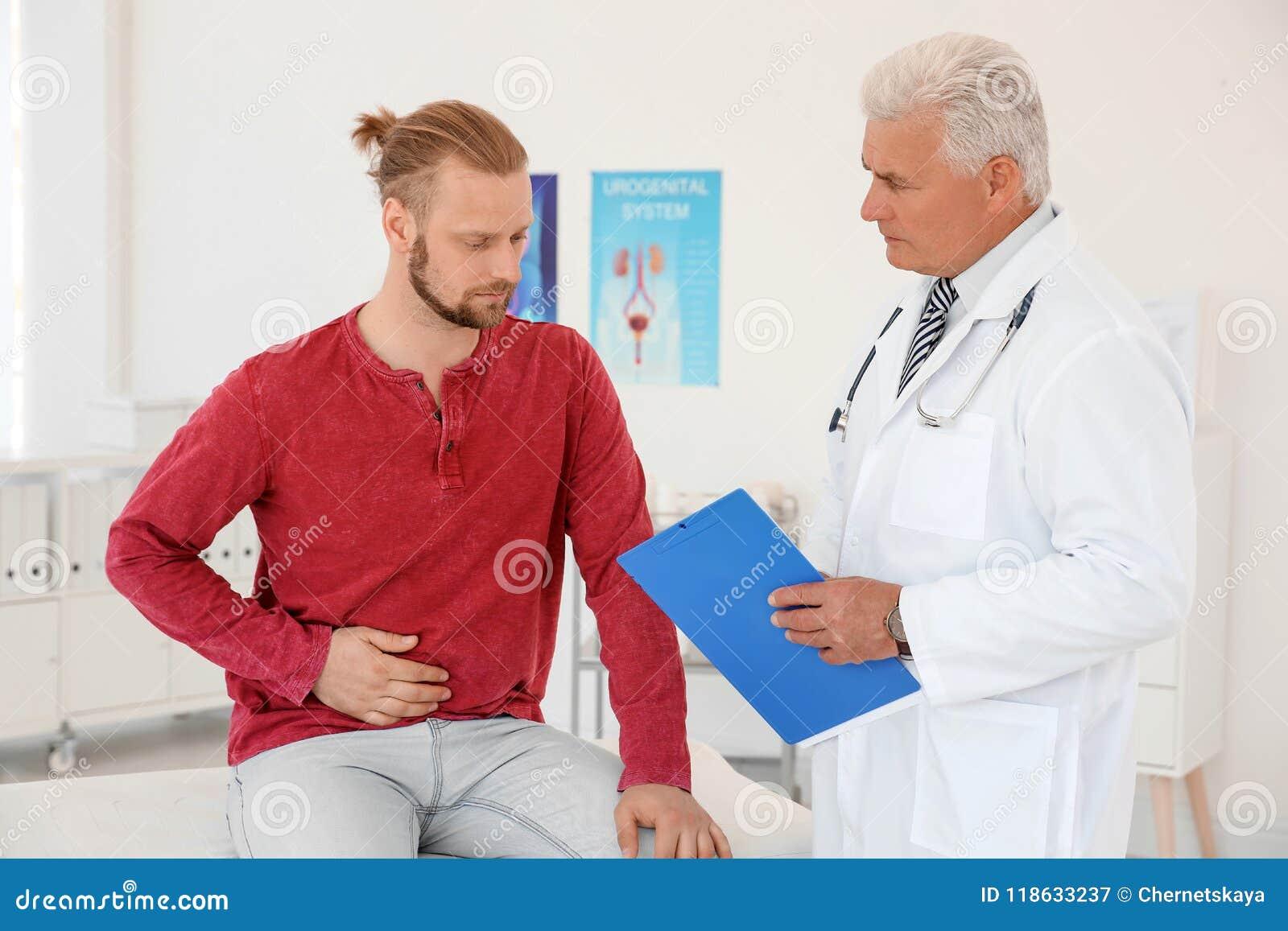 Hombre con problemas de salud que visita al urólogo