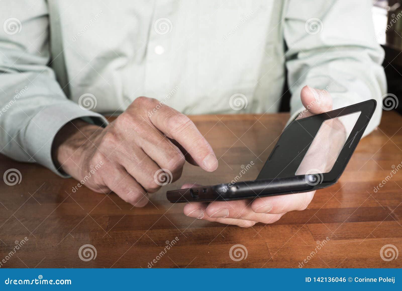 Hombre con su teléfono móvil