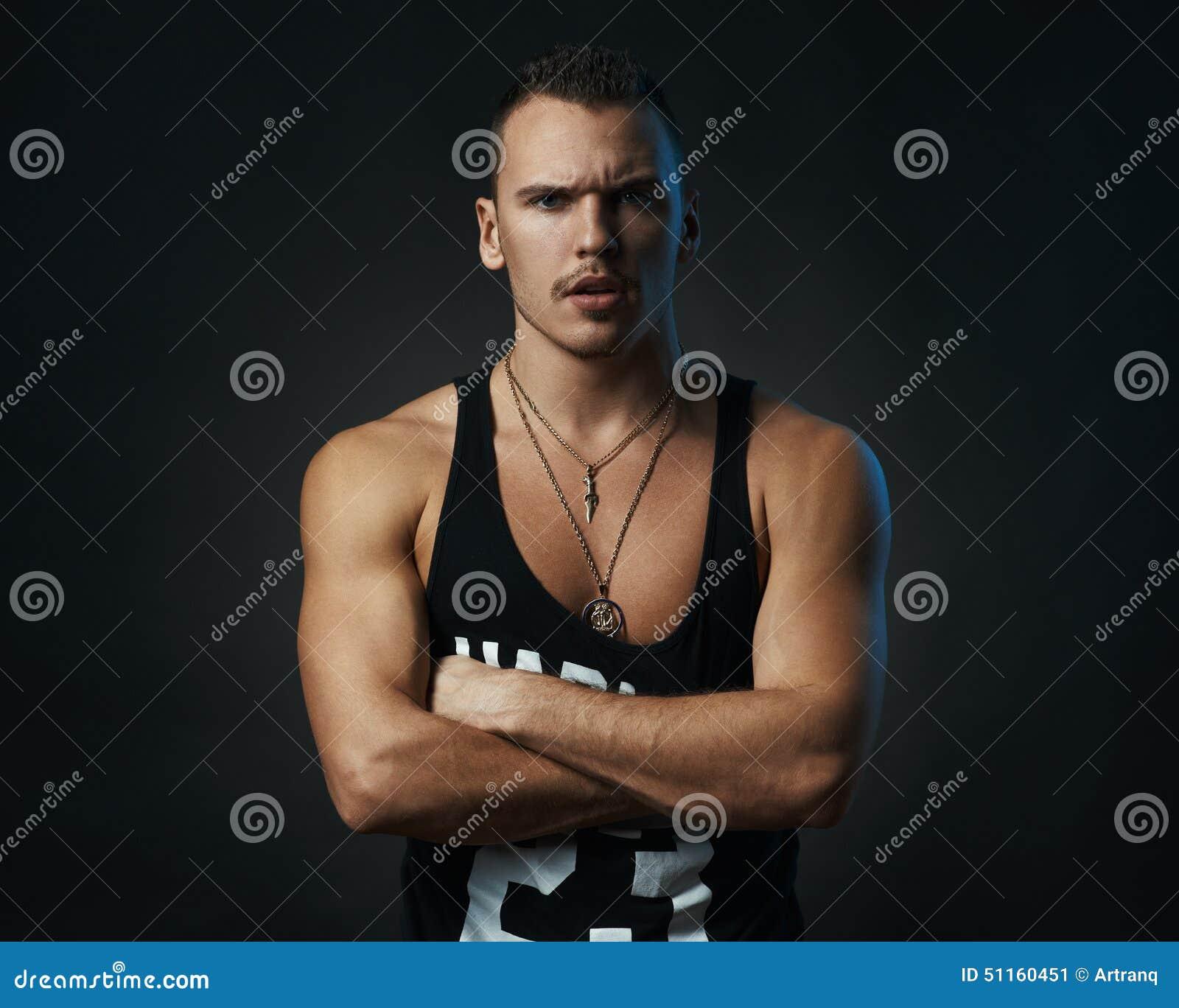 Hombre con sus desafíos cruzados brazos
