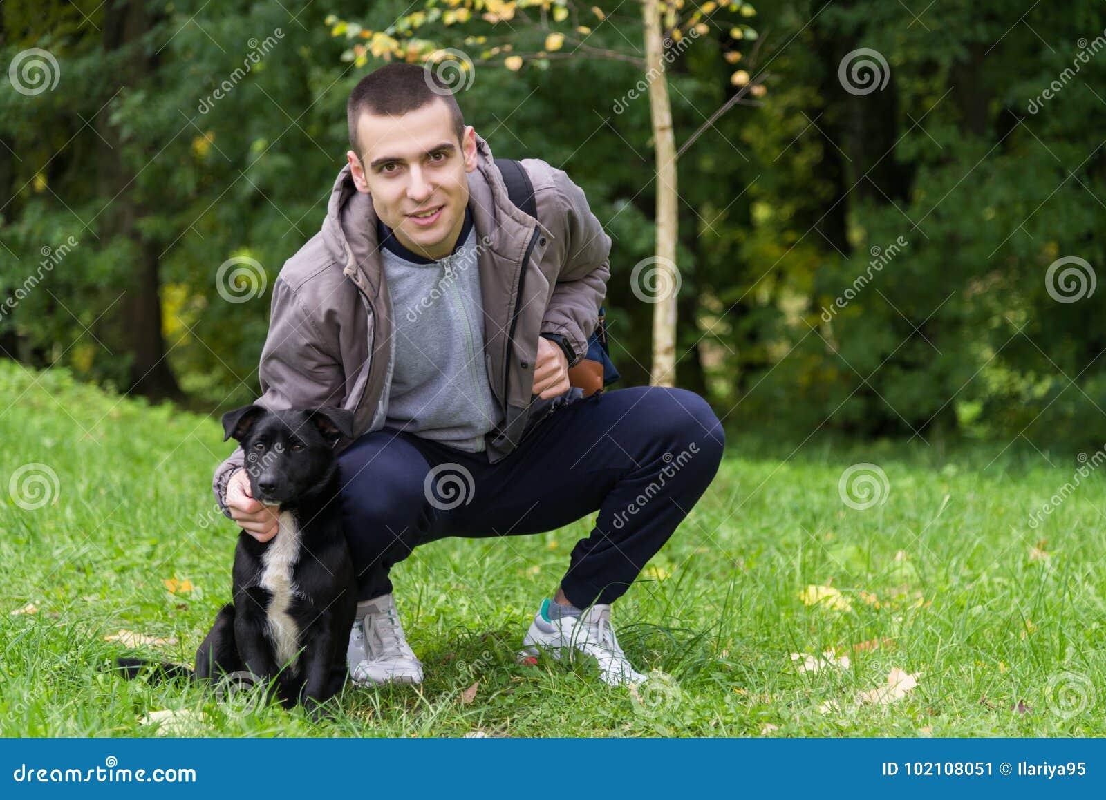Hombre con un perro en la hierba