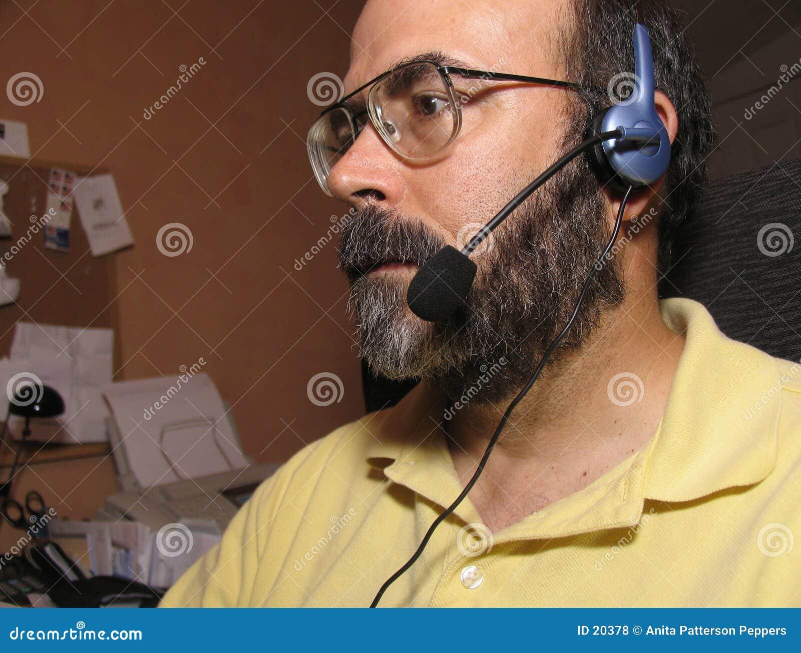 Hombre con un receptor de cabeza